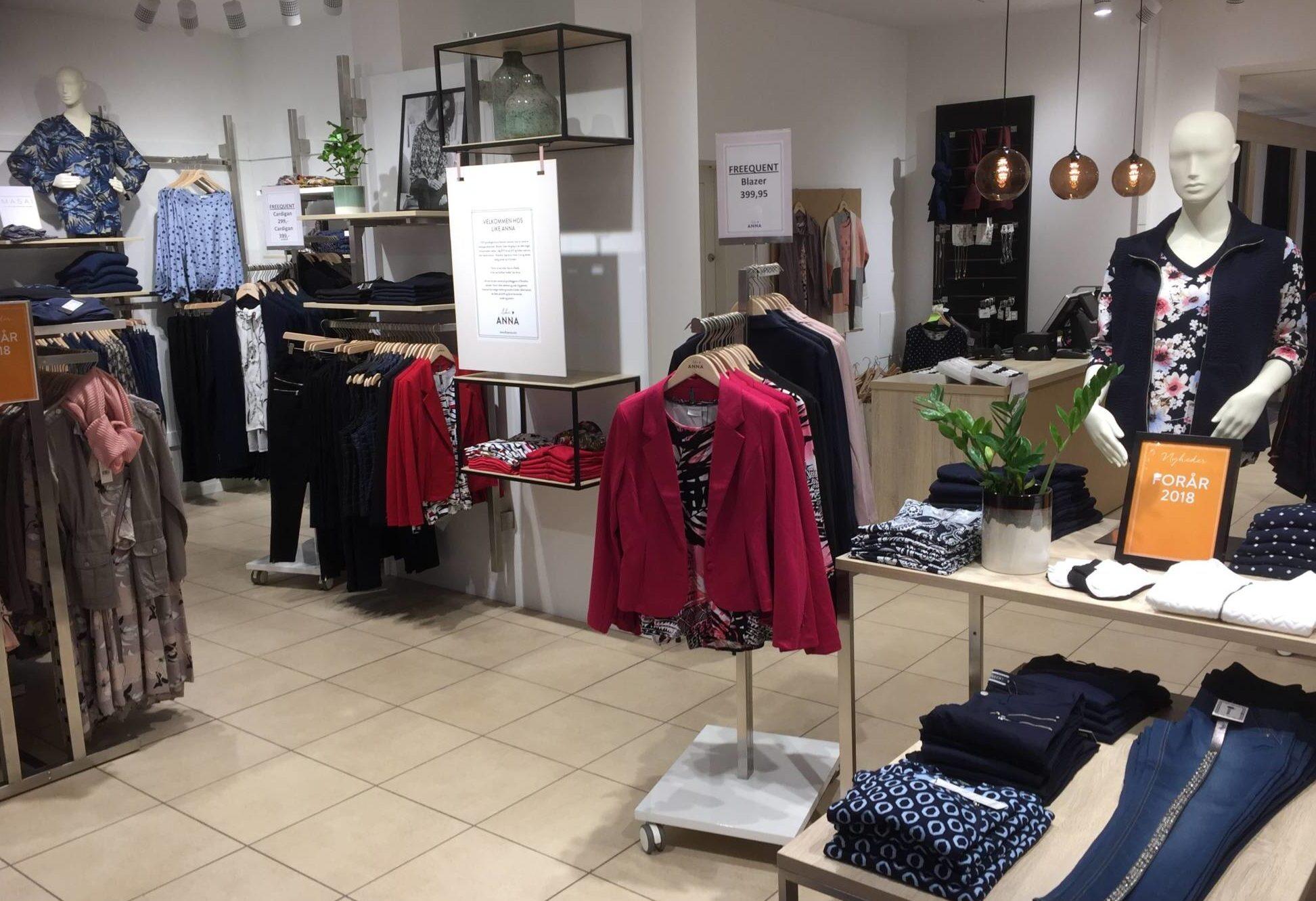 Flot indrettet Modebutik i Aalborg. Butiksinventar. Butiksindretning.