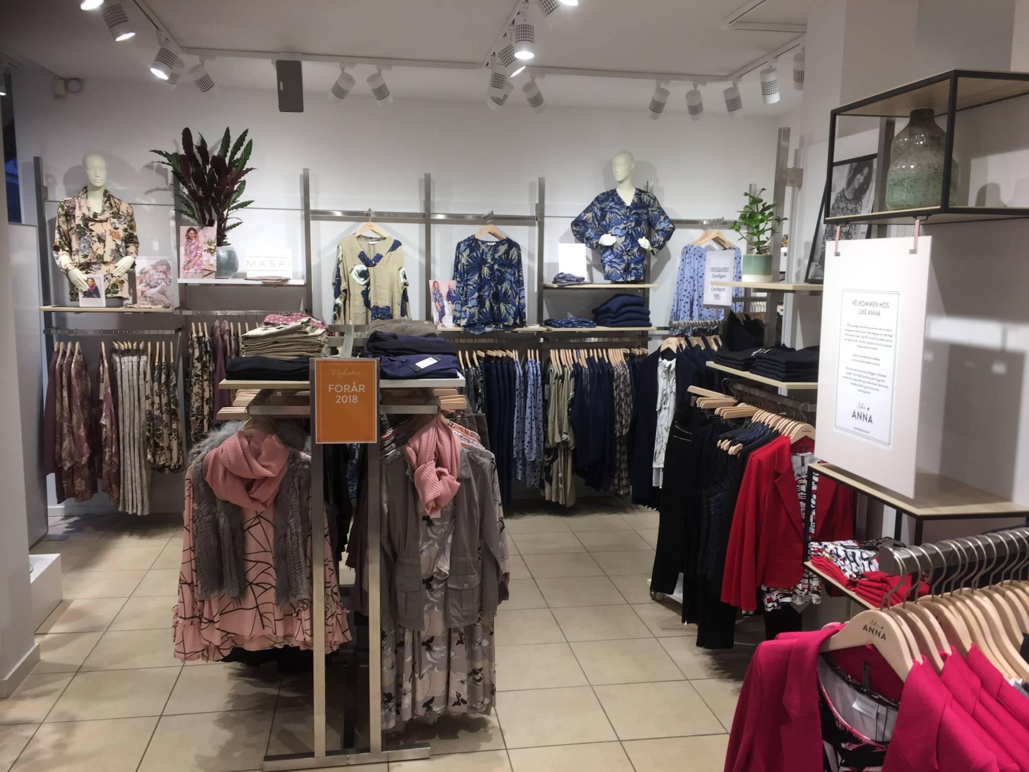 Flot indrettet modebutik med design mannequiner. Butiksinventar. Butiksindretning.