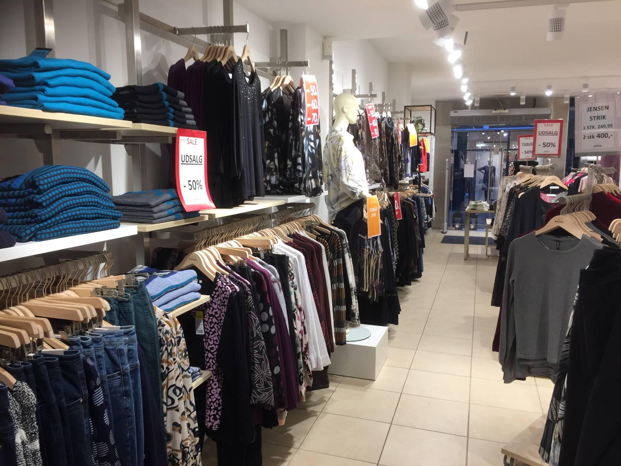Flot indrettet mode butik i hjertet af Ålborg. Butiksinventar. Butiksindretning.