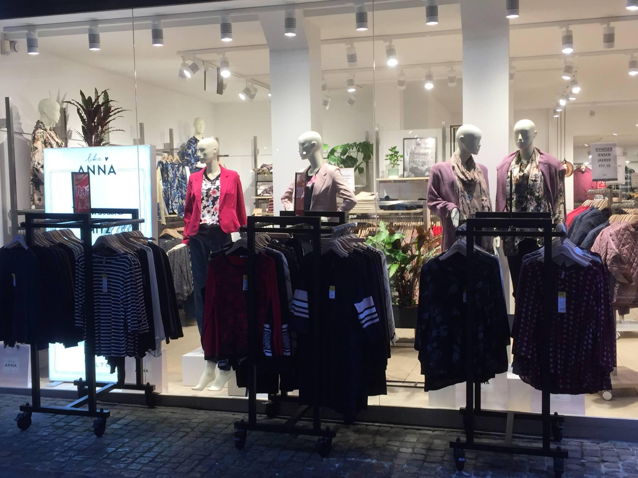 Flot indrette modebutik i hjertet af Ålborg. Gadeinventar. Gadestativ. Butiksindretning. Butiksinventar.