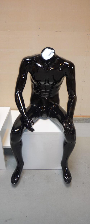 Siddende herre mannequin hovedløs, sort højglans. Restparti tilbud