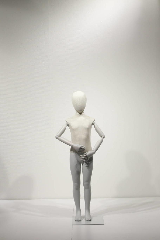 Børne mannequins i vintage style med træarme og beklædt med stof. Kan anvendes som hovedløs model.