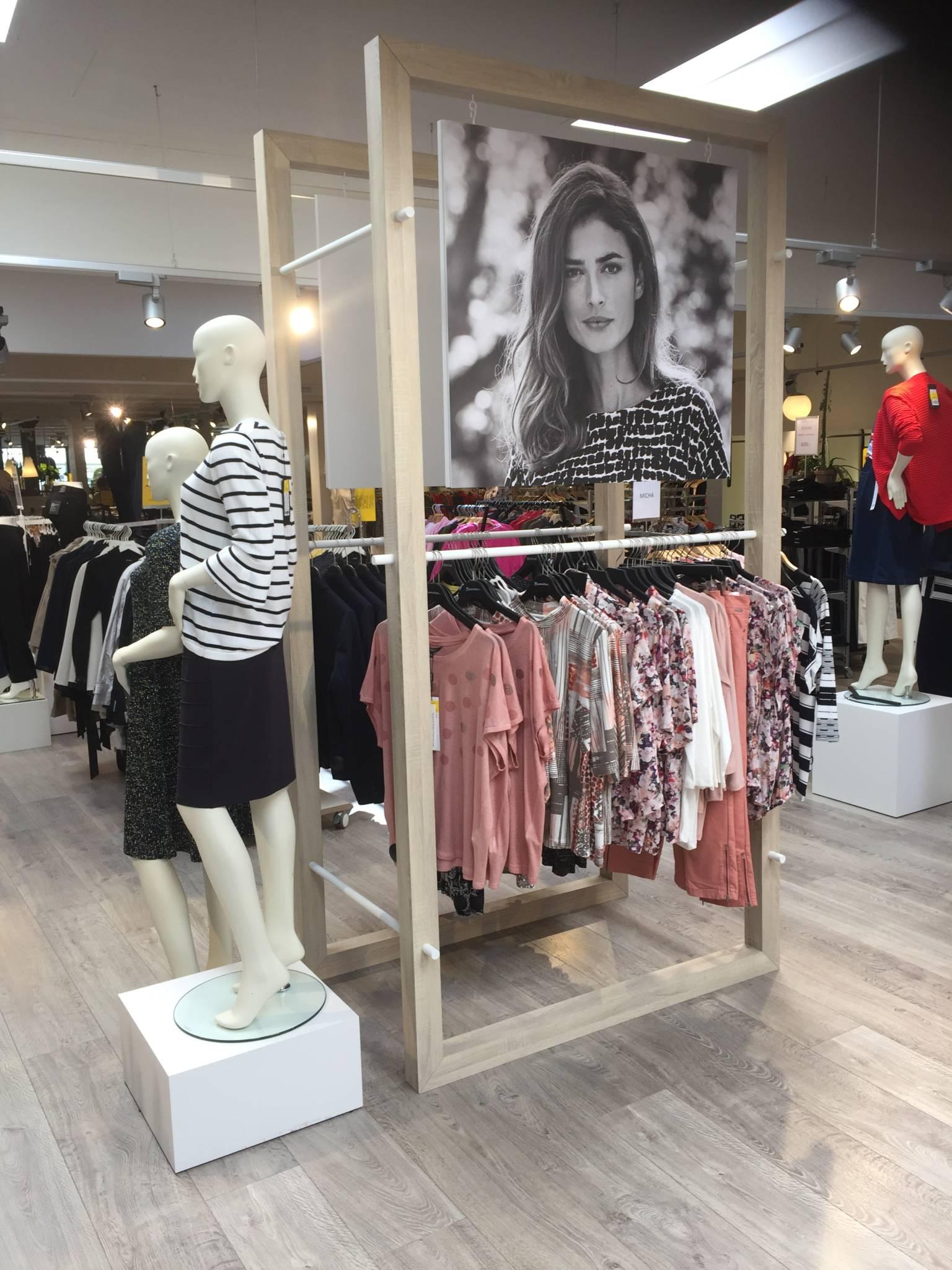 Nordisk butikskoncept udviklet med forskellige elementer af egetræ.