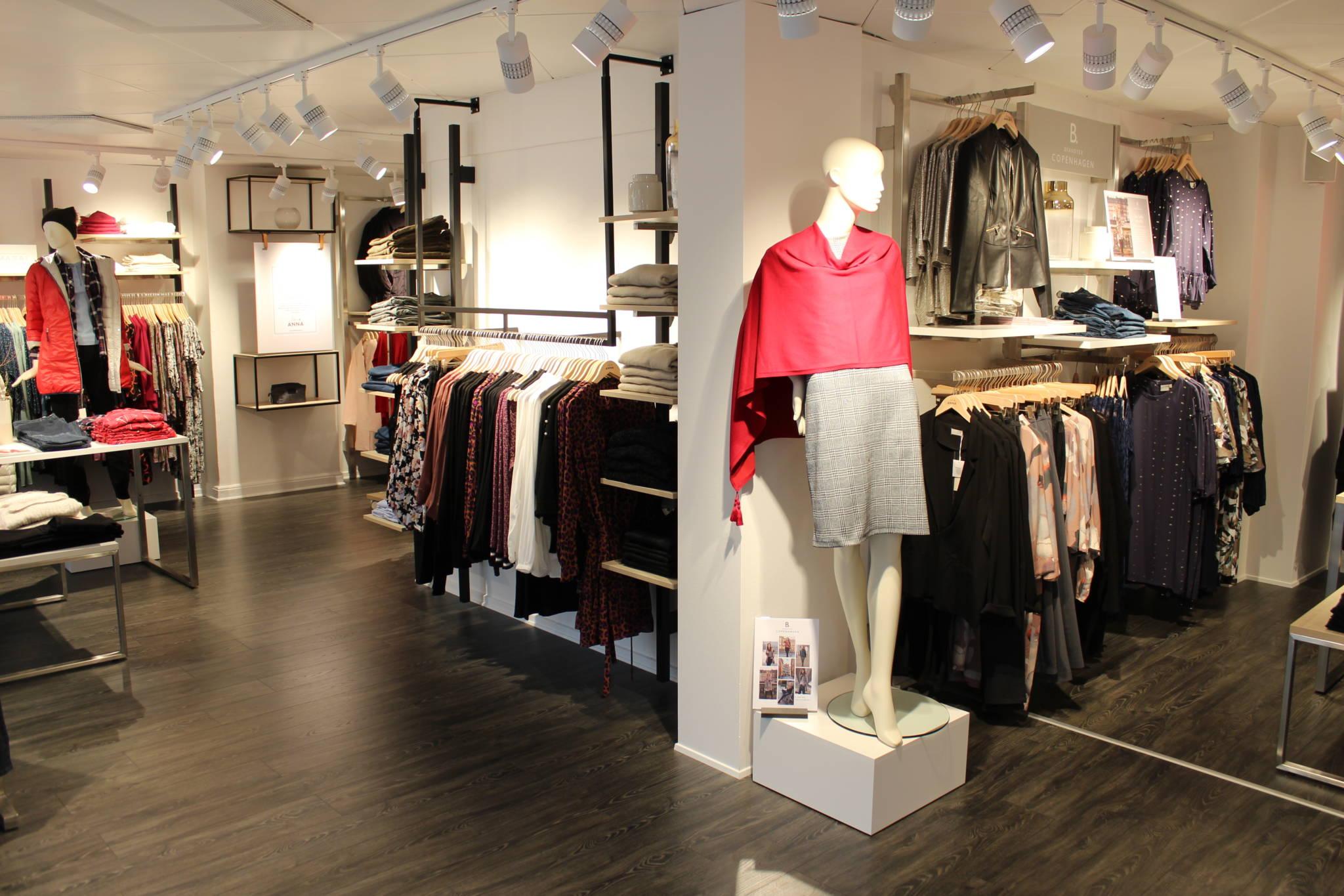 Klassisk flot og sort butiksdesign. Butiksindretning