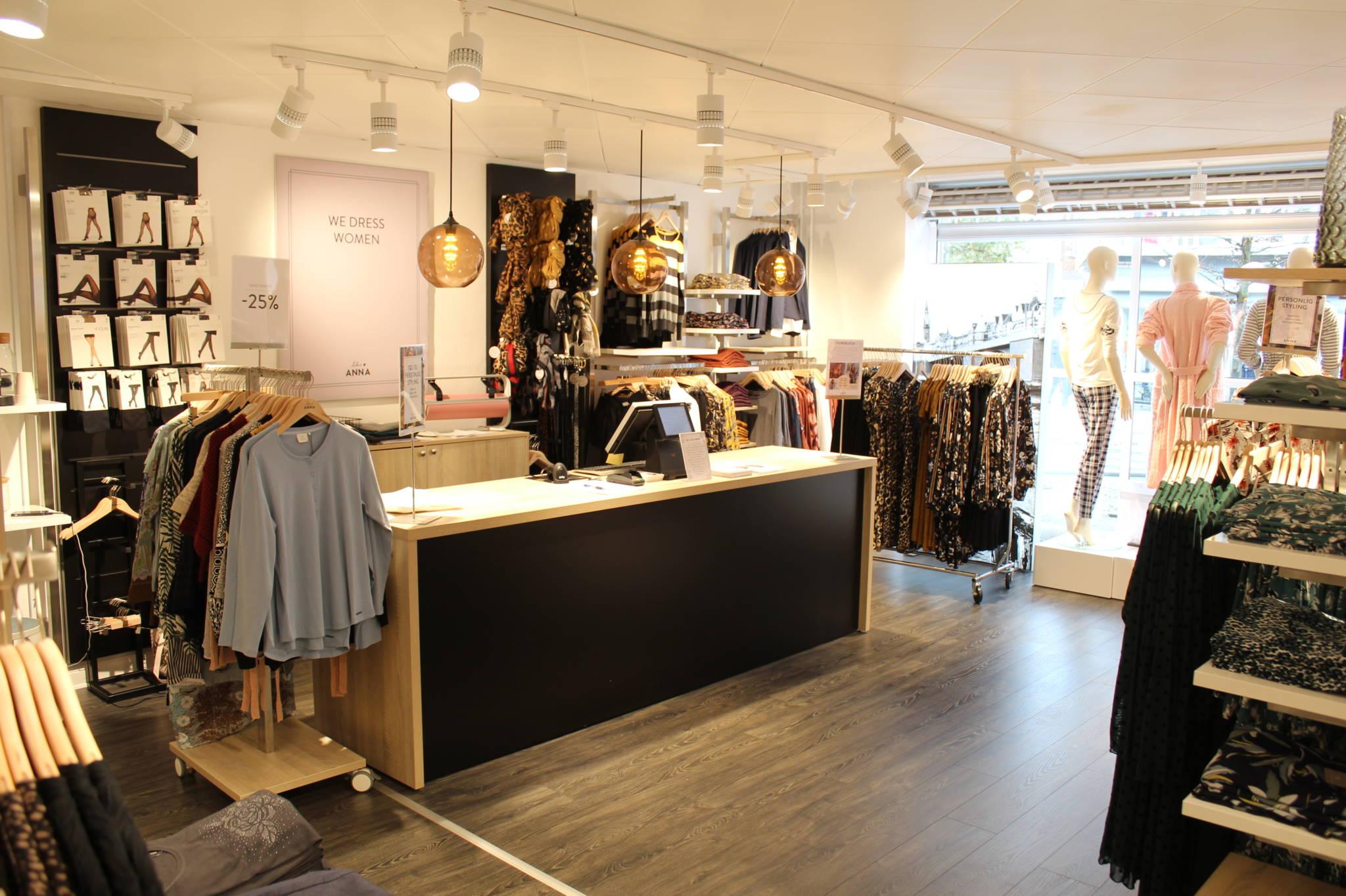 Flot butiksdisk i egetræ og sort. Butiksindretning og butiksinventar.