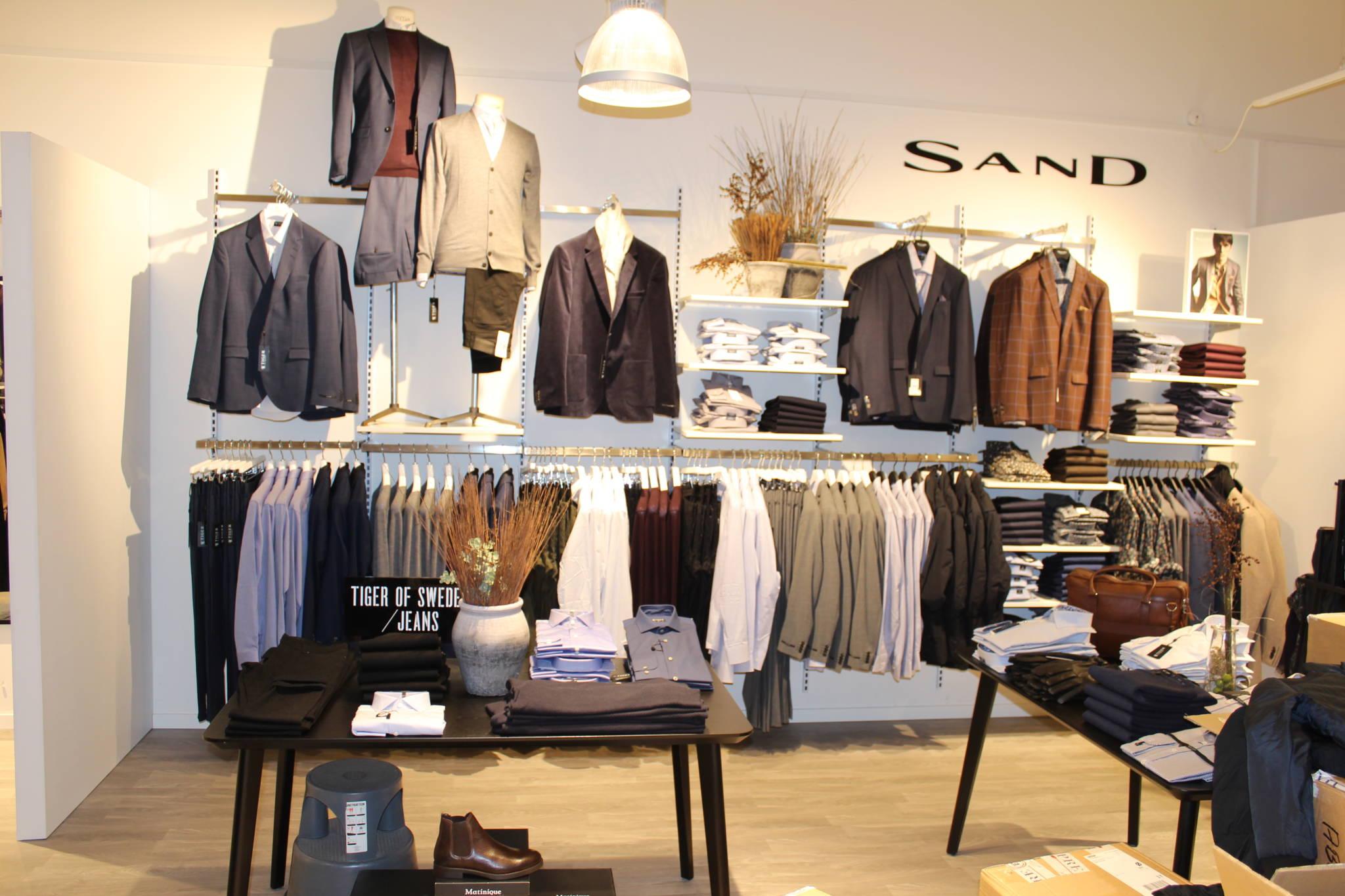 mister herrebutik hvor varerne præsenteres flot og butiksindretning. Skjorte afdelinger