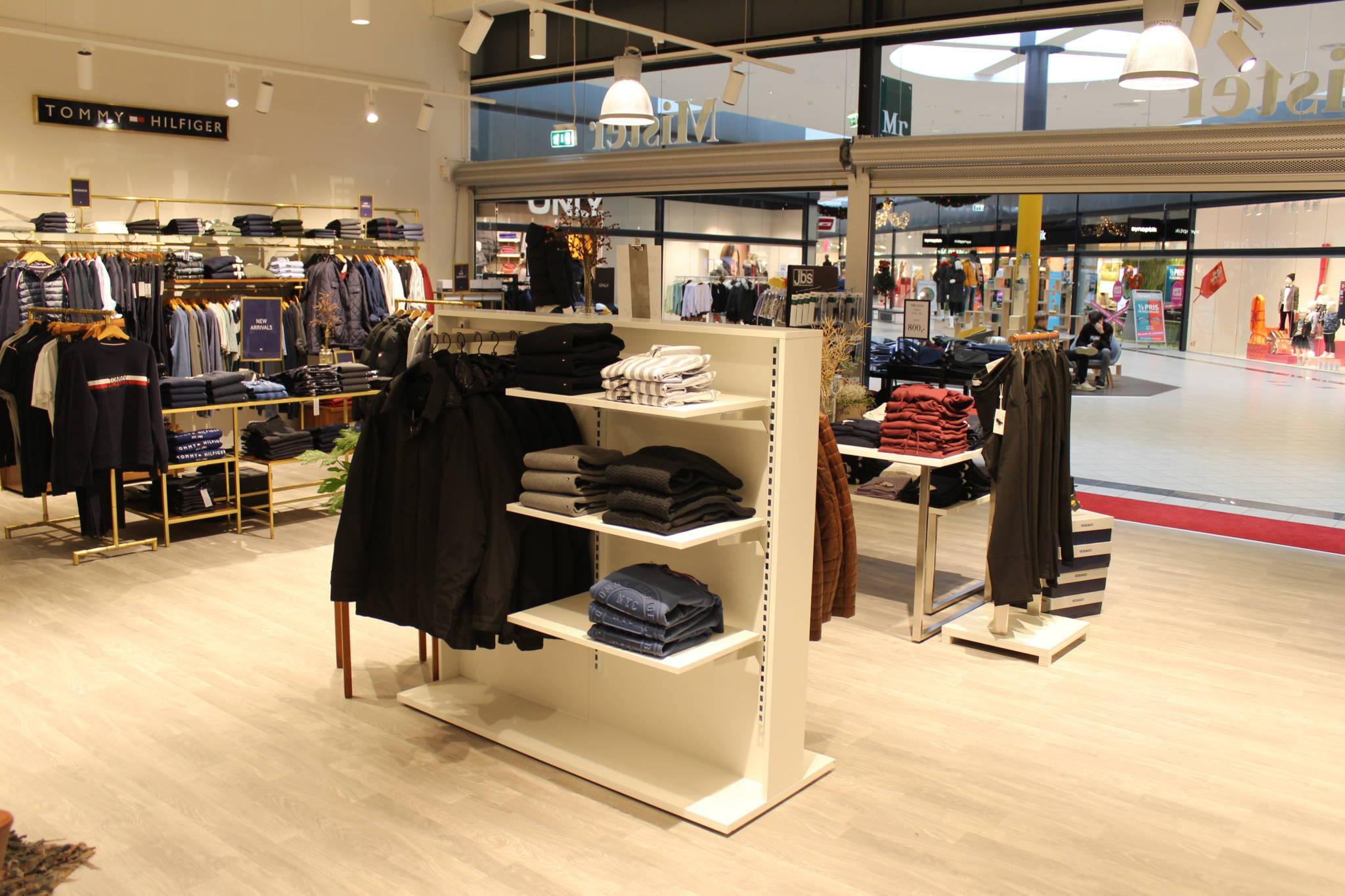 mister Mr. herrebutik anvender hvide rumdelere. Butiksindretning og butiksinventar.