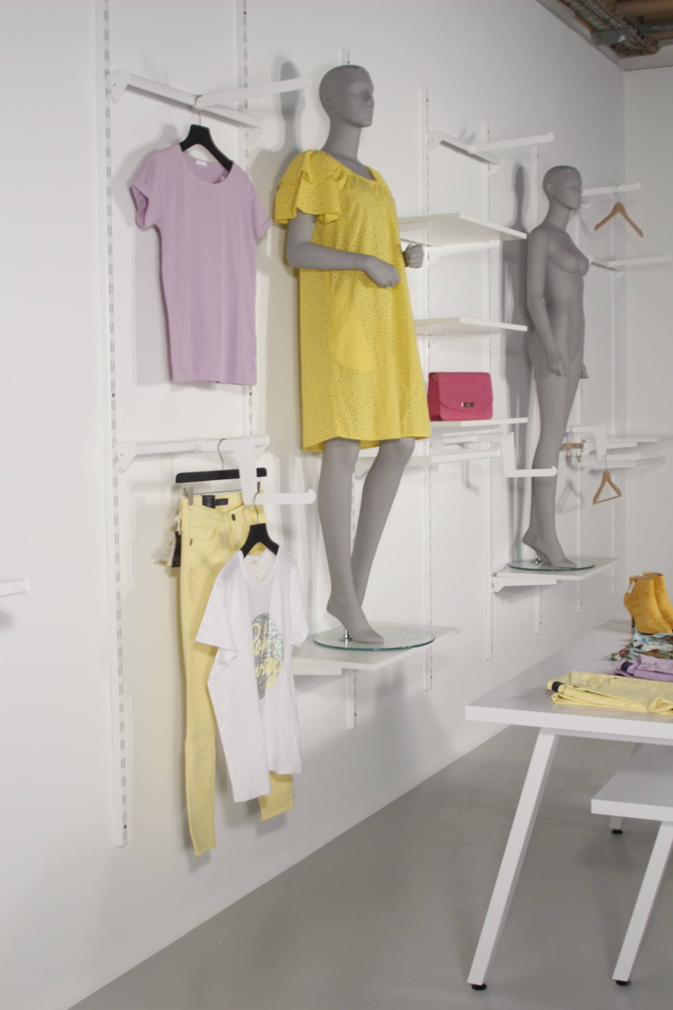 Hvidt butiksinventar og hvid butiksindretning.