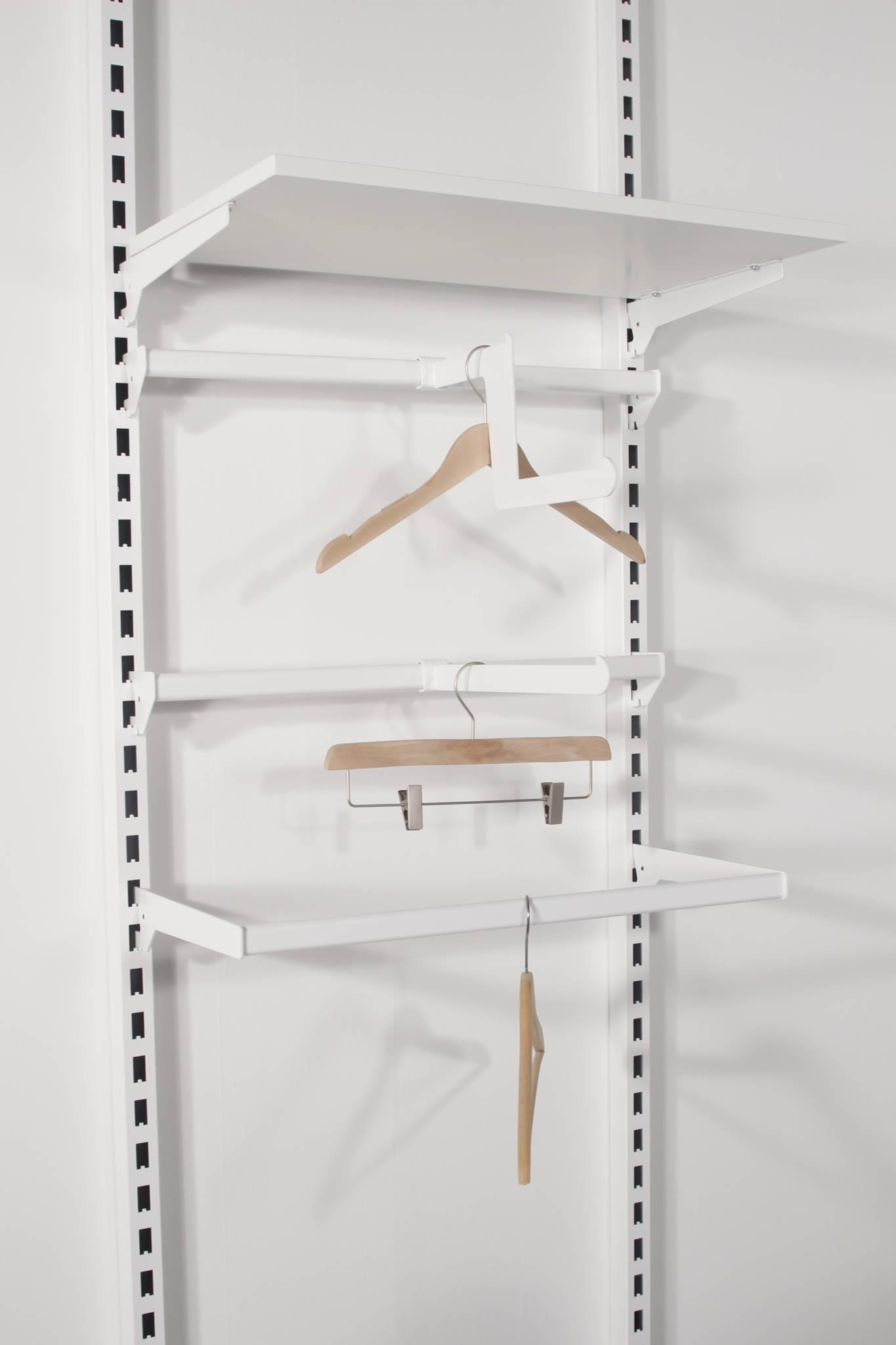 Hvidt butiksinventar præsenteret på den store søjle