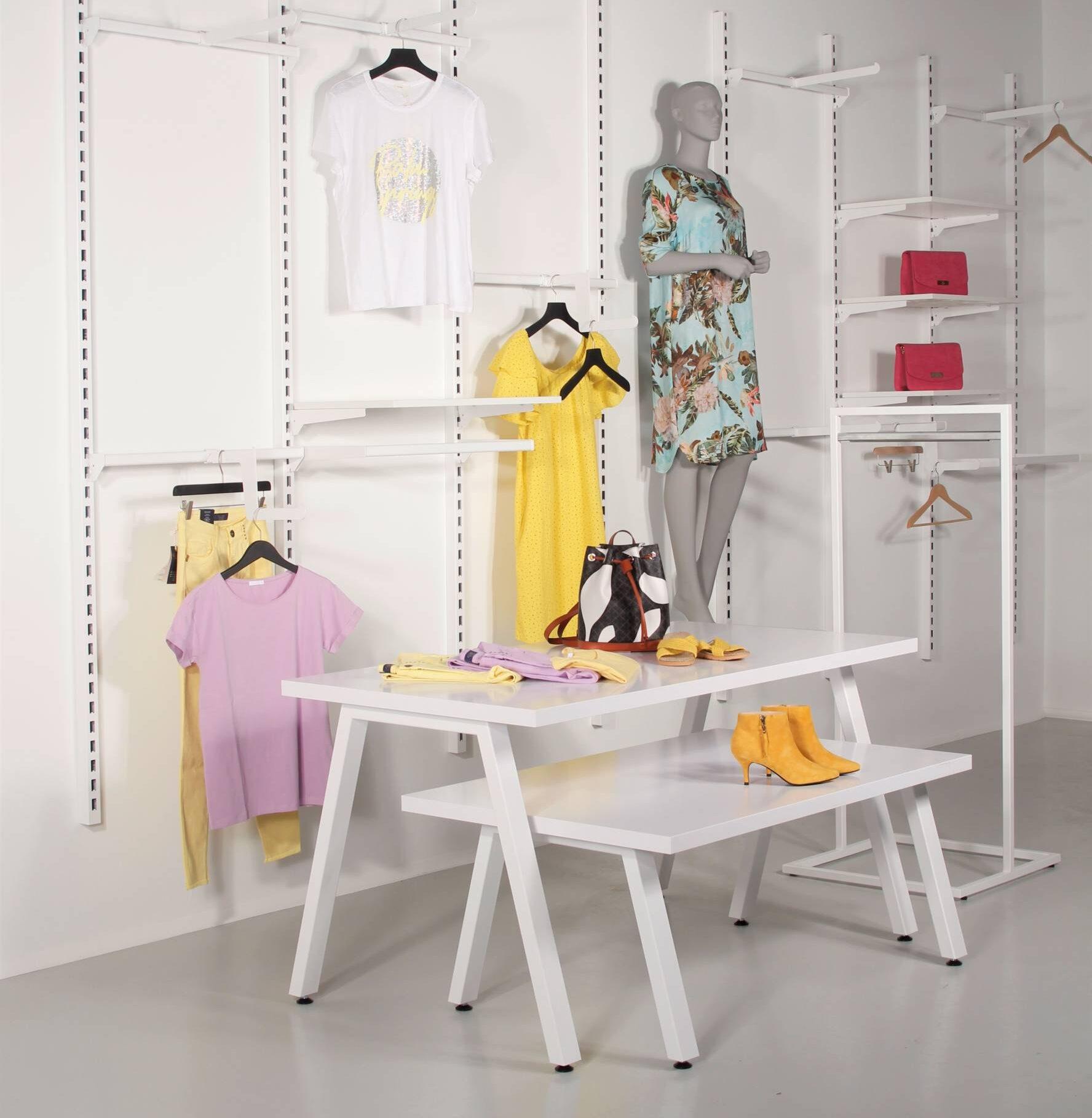 Hvidt butiksinventar og hvidt salgsbord