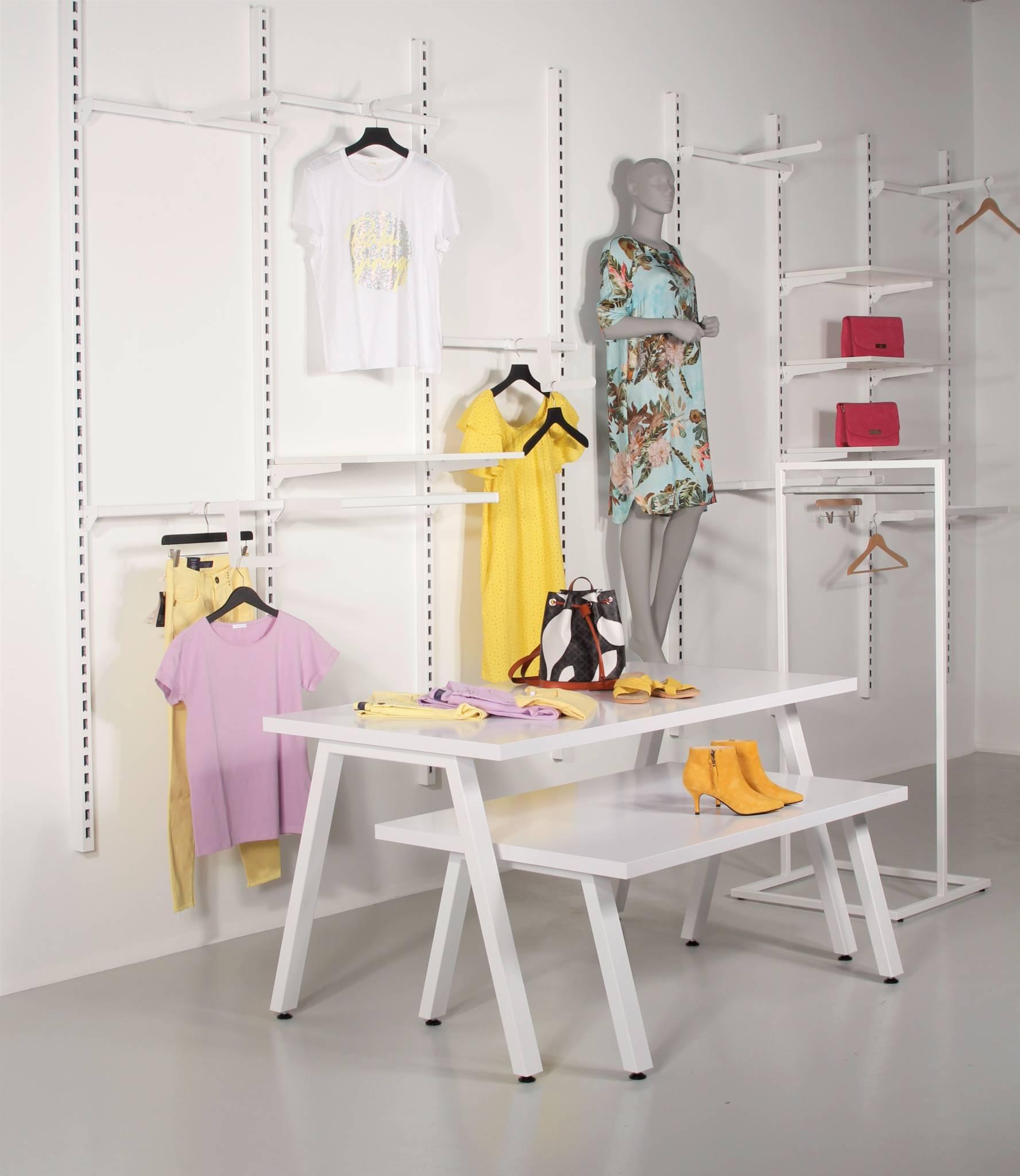 Butiksinventar i hvid med flotte salgsborde