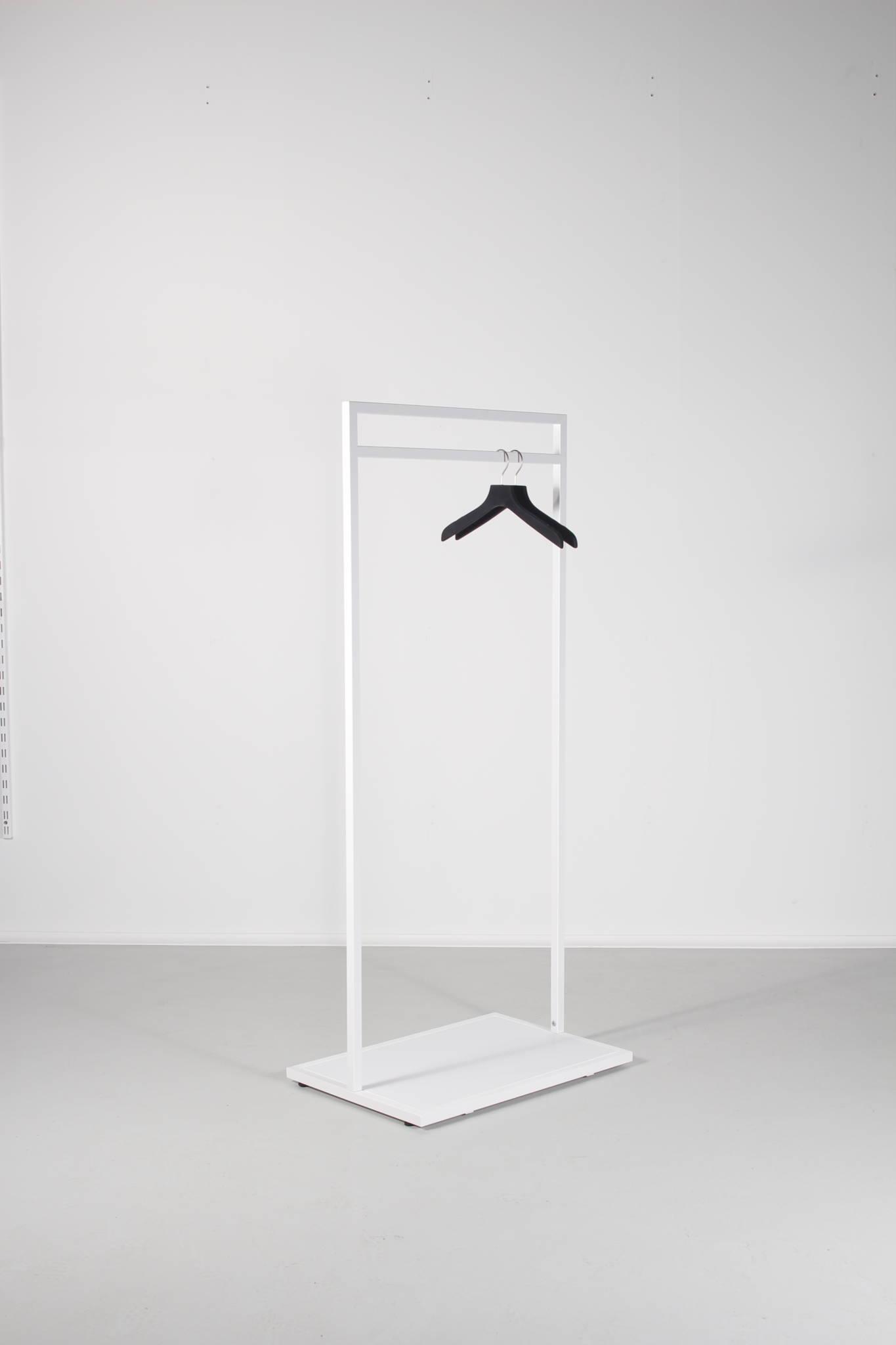 Flot hvidt tøjstativ hvor du er mulighed for at vælge bundplade i valgfri farve
