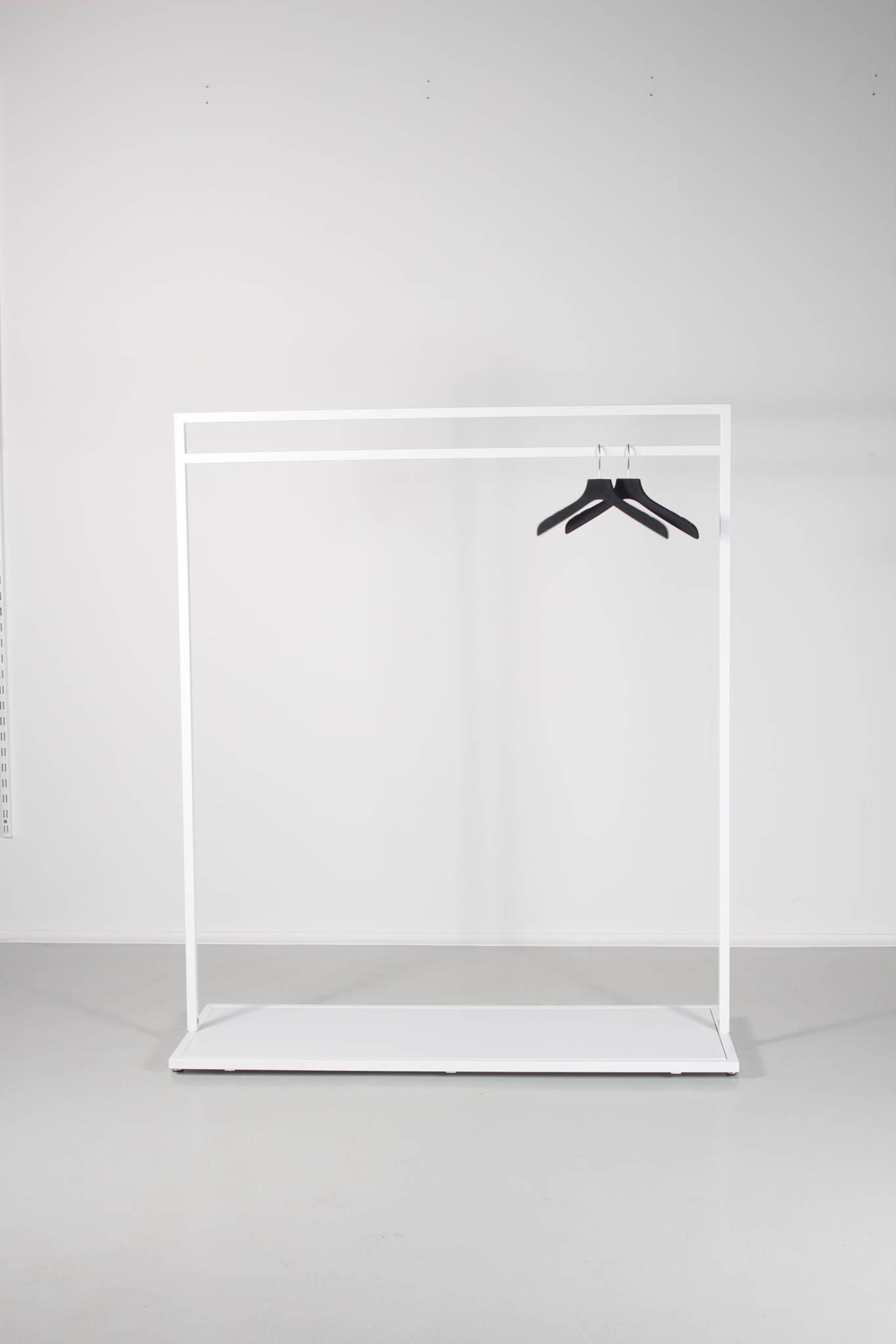 hvidt tøjstativ med mulighed for at få monteret en bundplade som kan leveres i mere end 700 forskellige NCS farver.