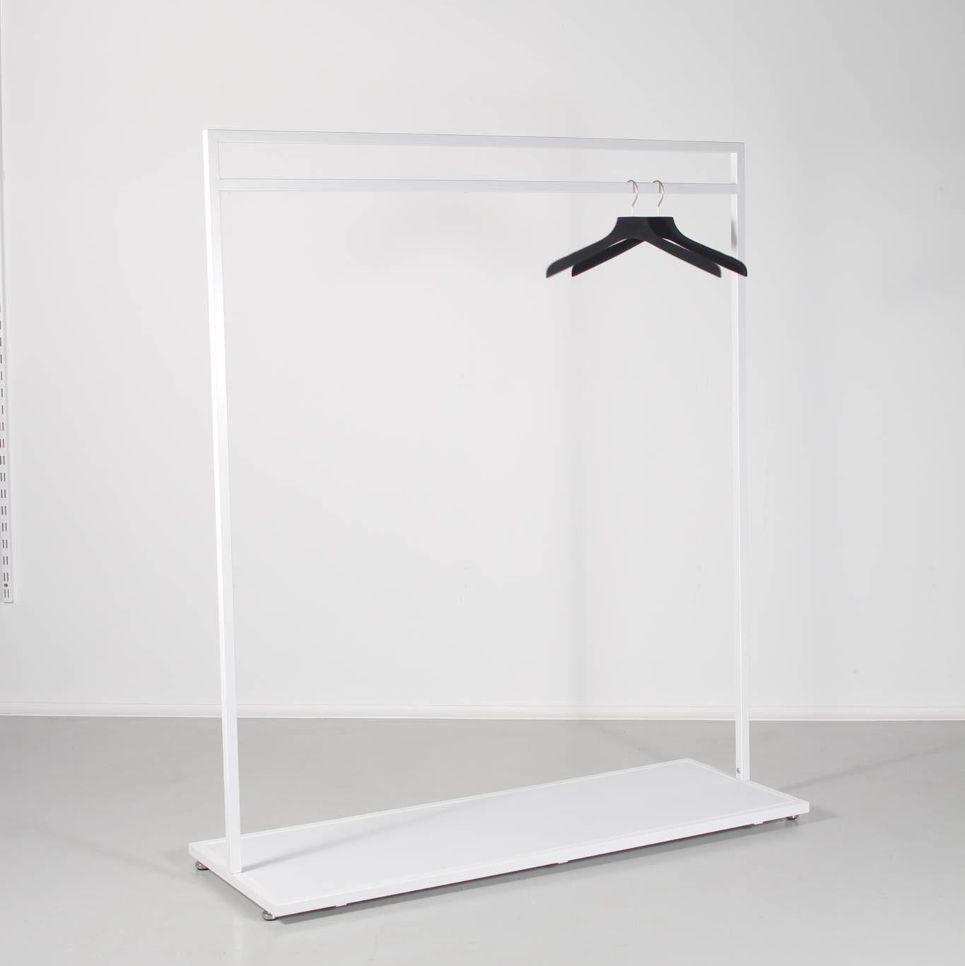 Tøjstativ i hvid med mulighed for bundplader i andre farver