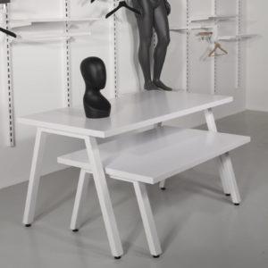 salgsborde i hvid med skråtstillede metalben.