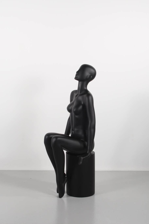 Flot dame mannequin siddende