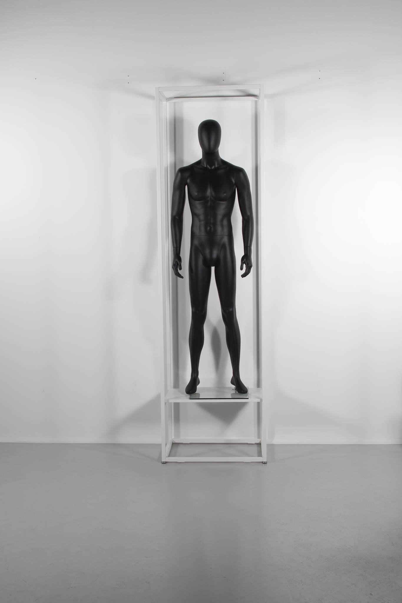 Reol til butik anvendt til fokus område med mannequin