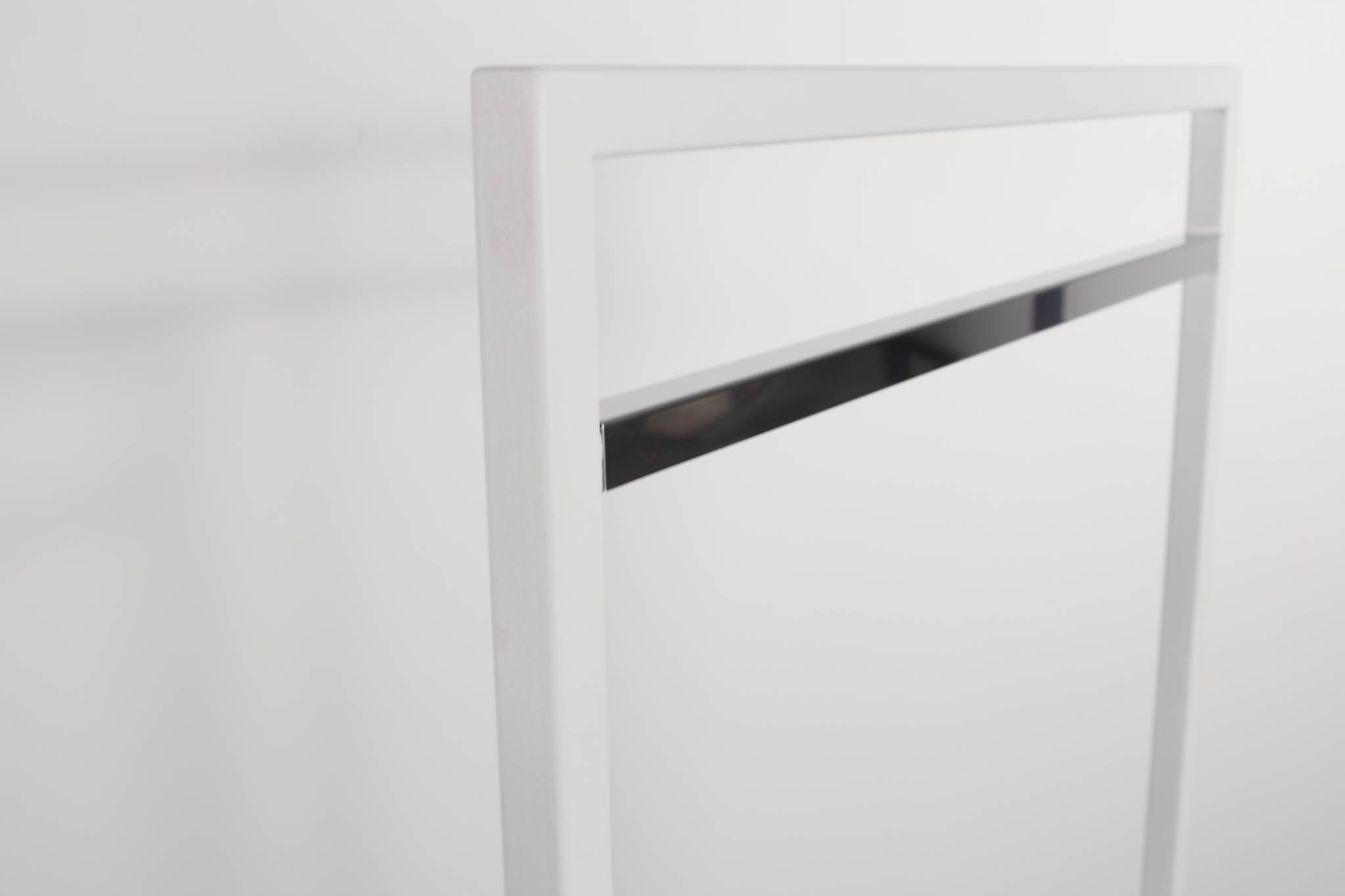 Design tøjstativ i hvid med sølv - detalje