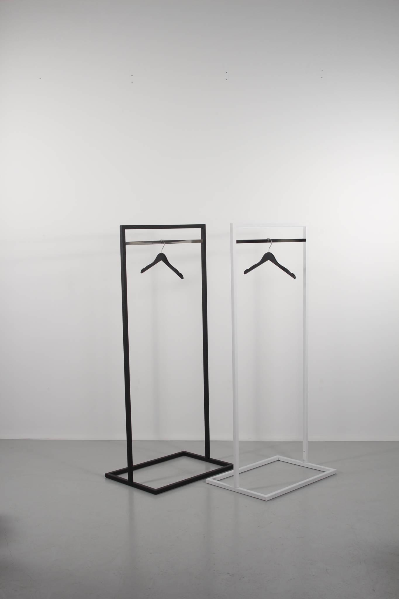 Tøjstativ i sort og sølv. eller i hvid og sølv
