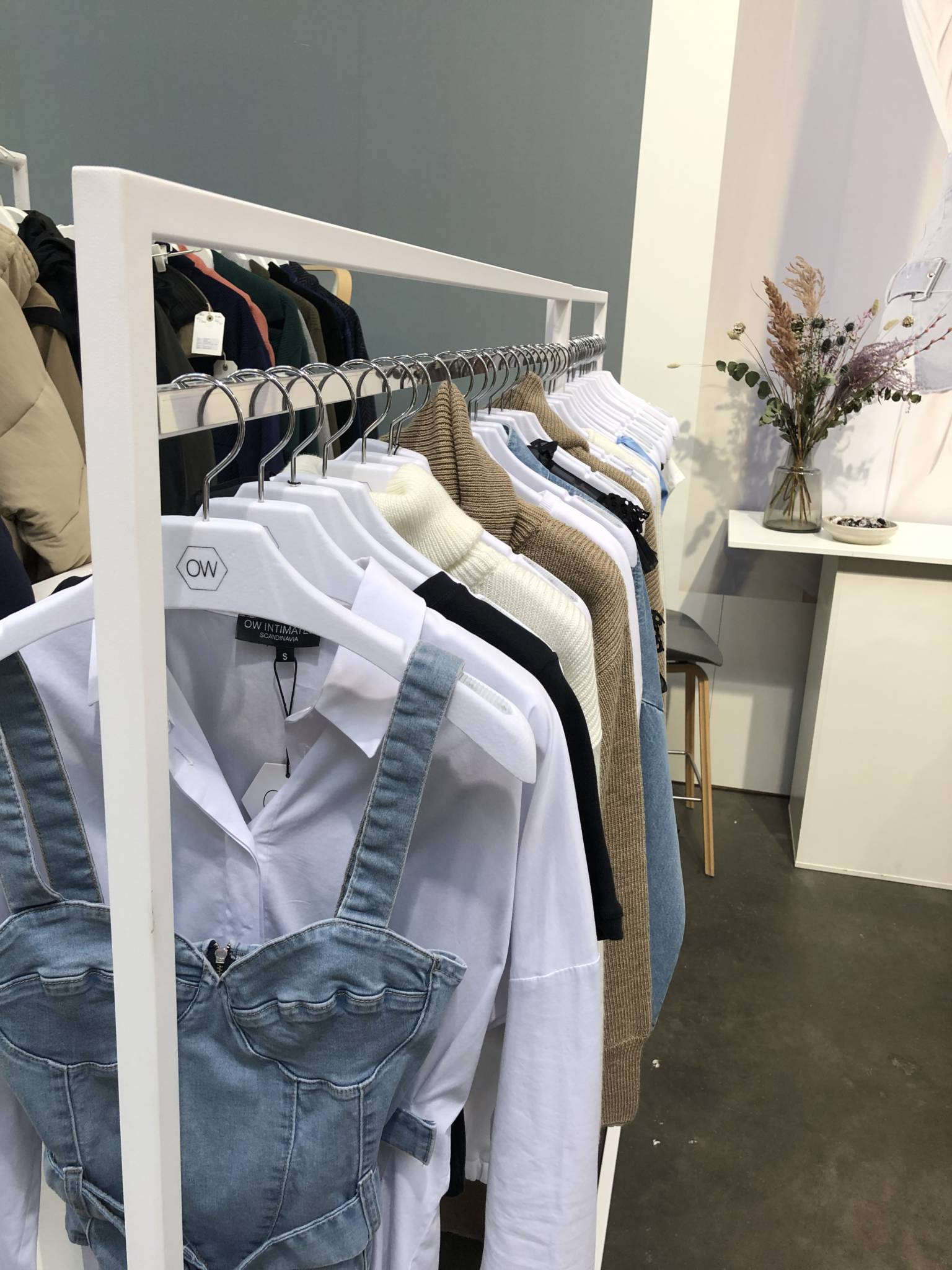 Garderobestativ i hvid og sølv