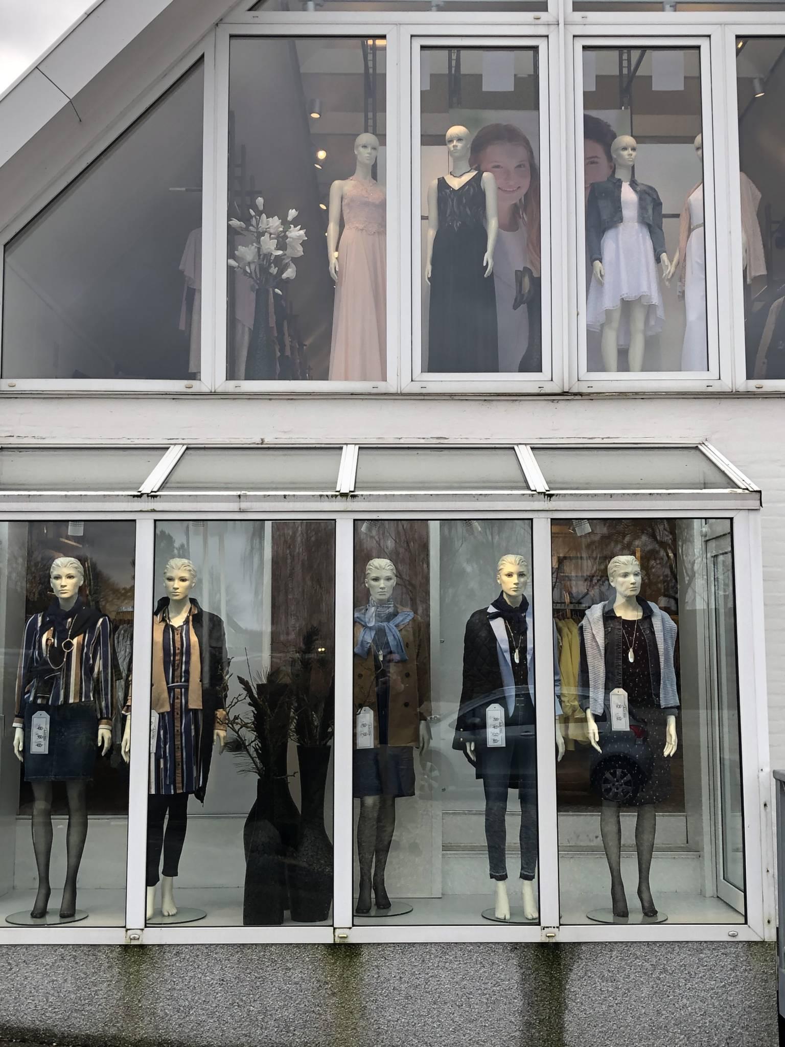 Mannequin udstilling i 2 niveauer