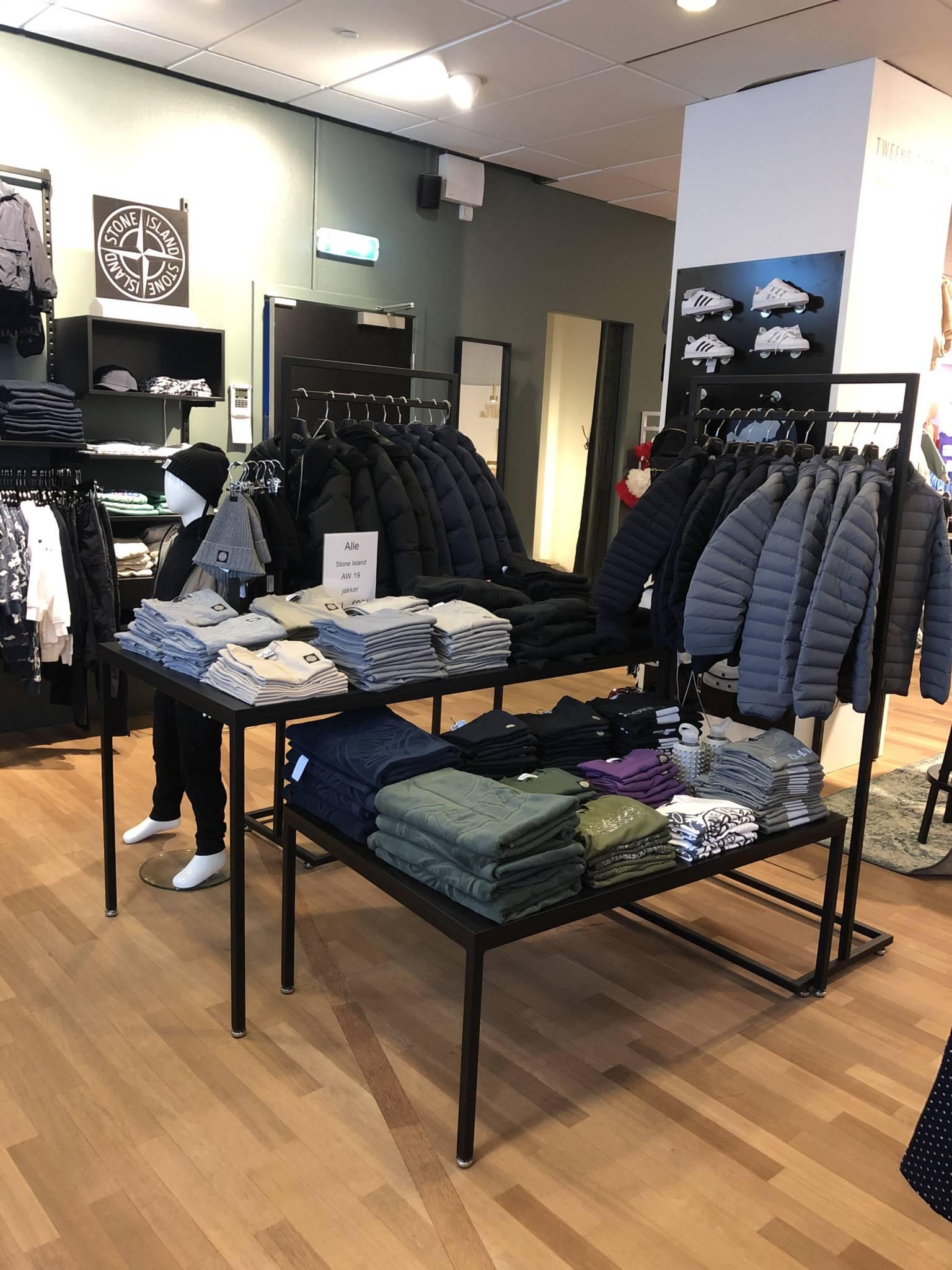 billige salgsborde i flot butik