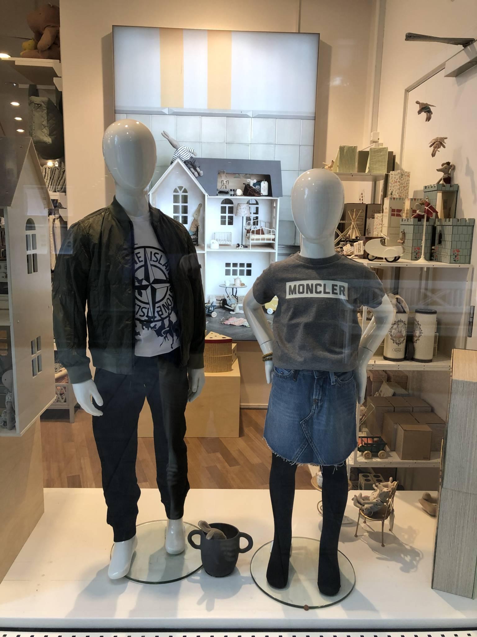Flotte børne mannequiner med tøj