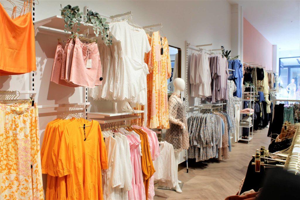 Flot butiksinventar i hvid, messing og rosa