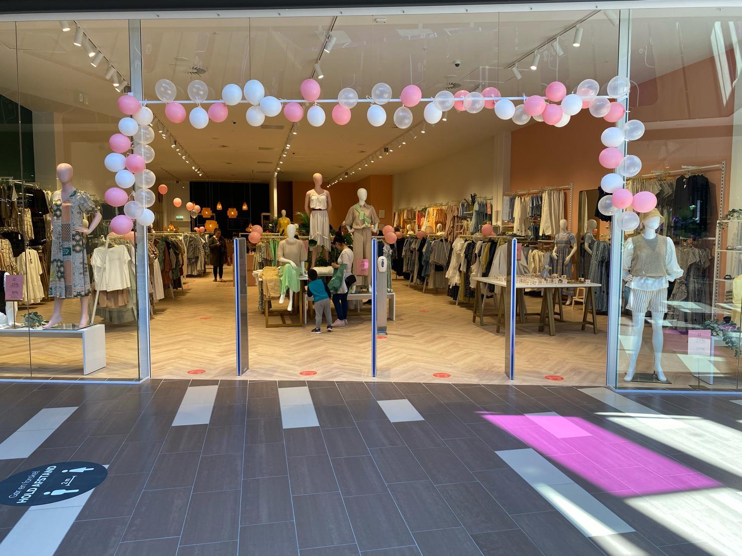 Åbning af butikken med rosa farvede mannequiner