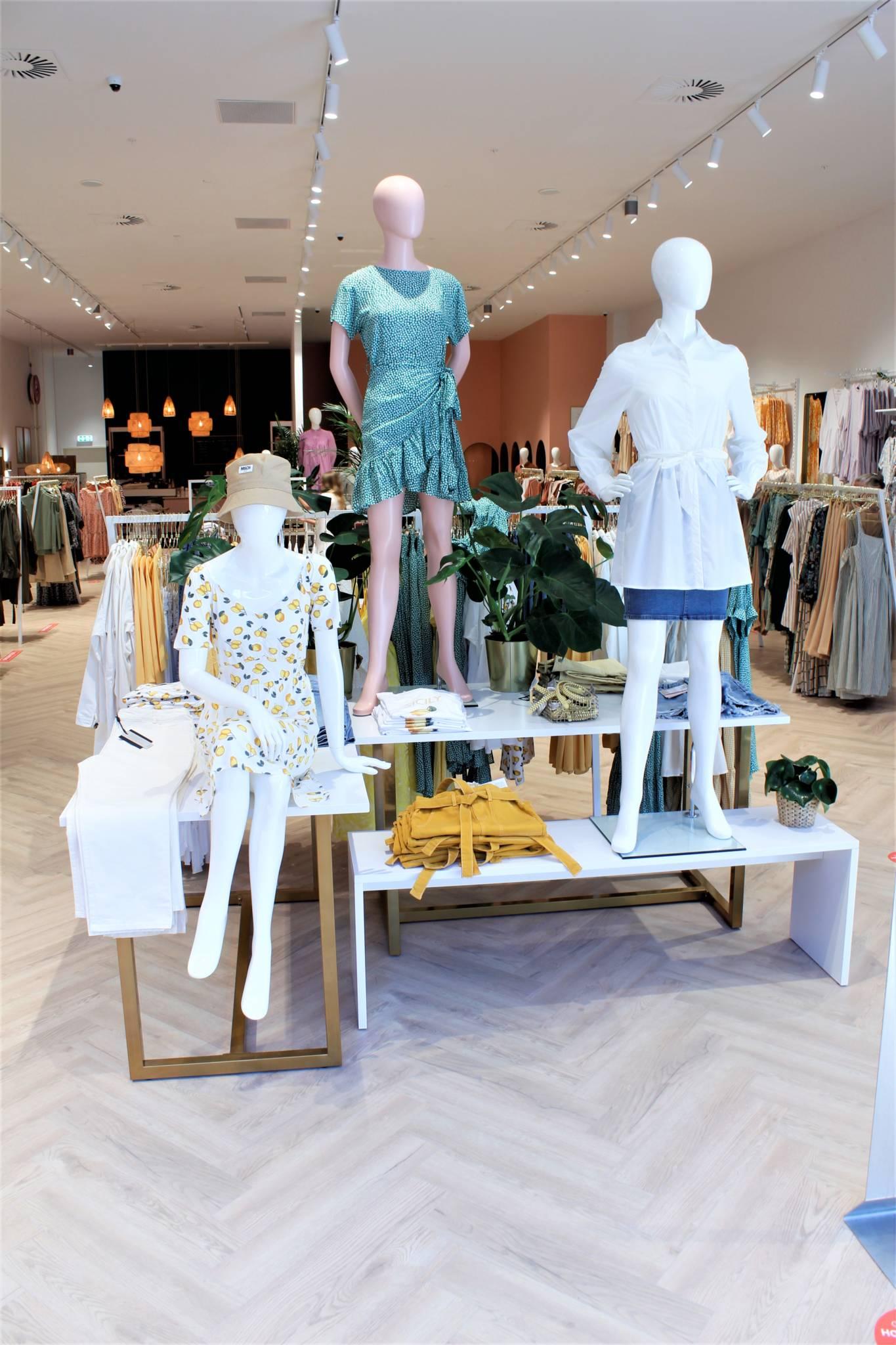 nye butikker med mannequiner i egne farver.