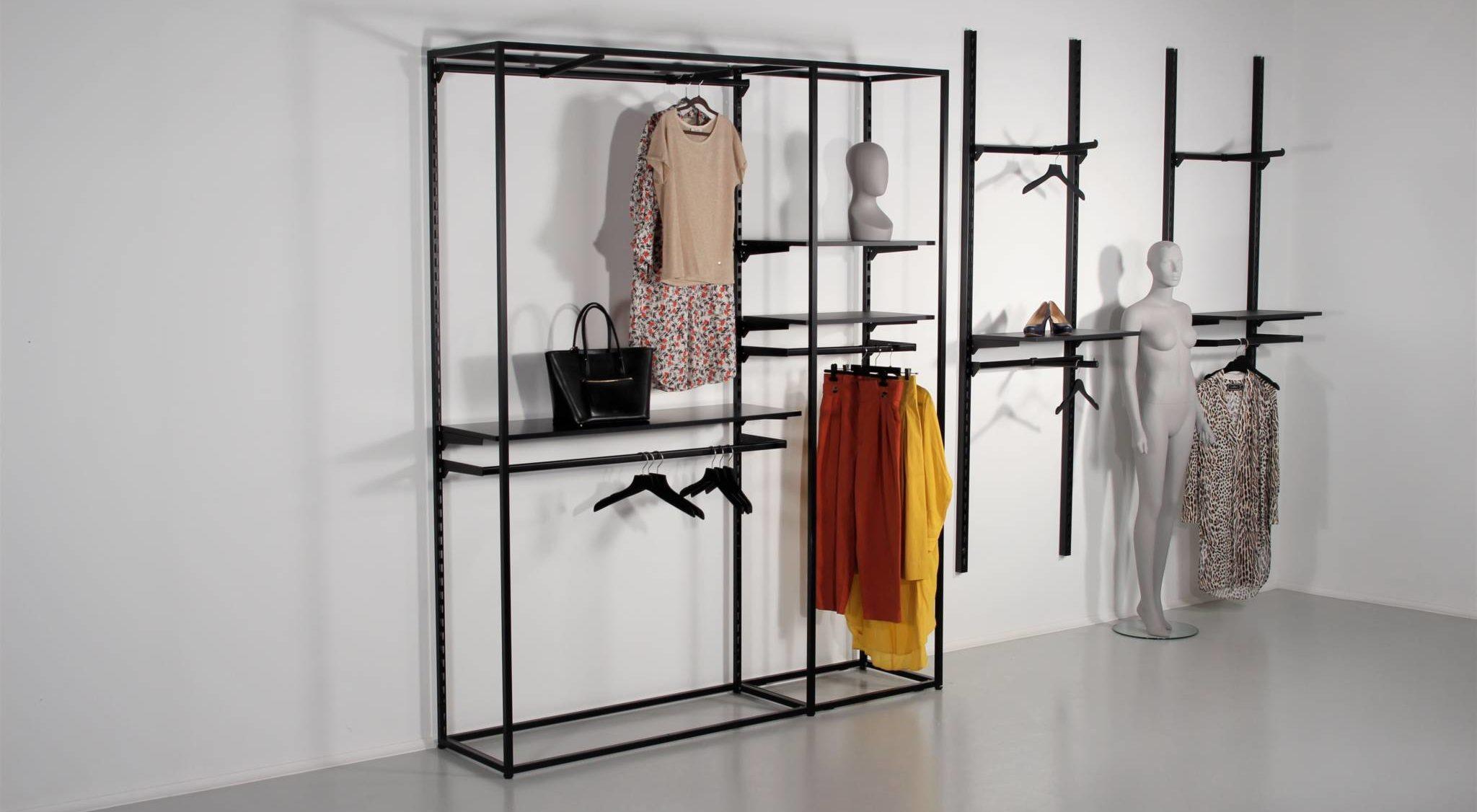 Flot sort reol til tøjbutikker