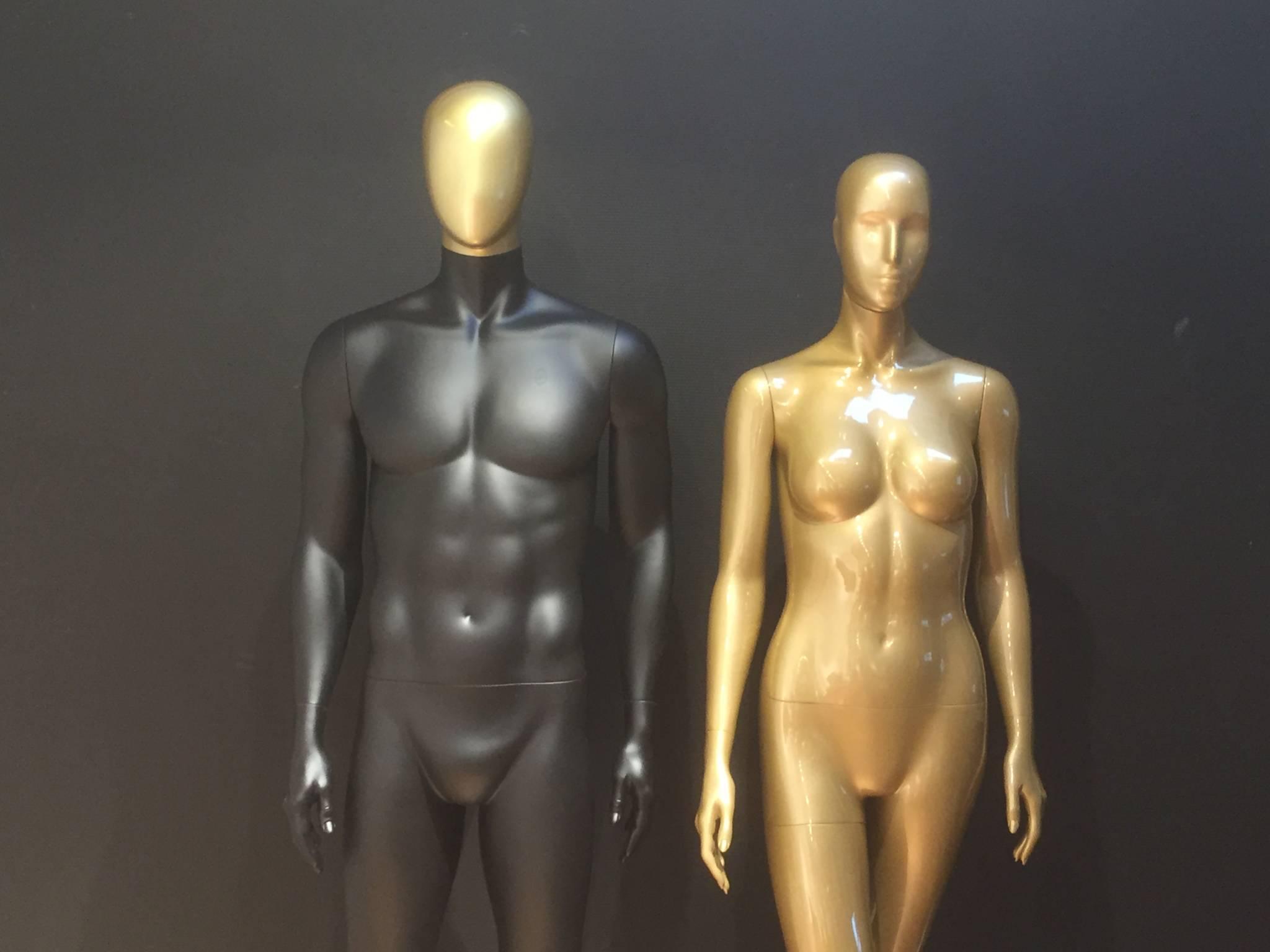 mannequiner i gyldne og sort farve