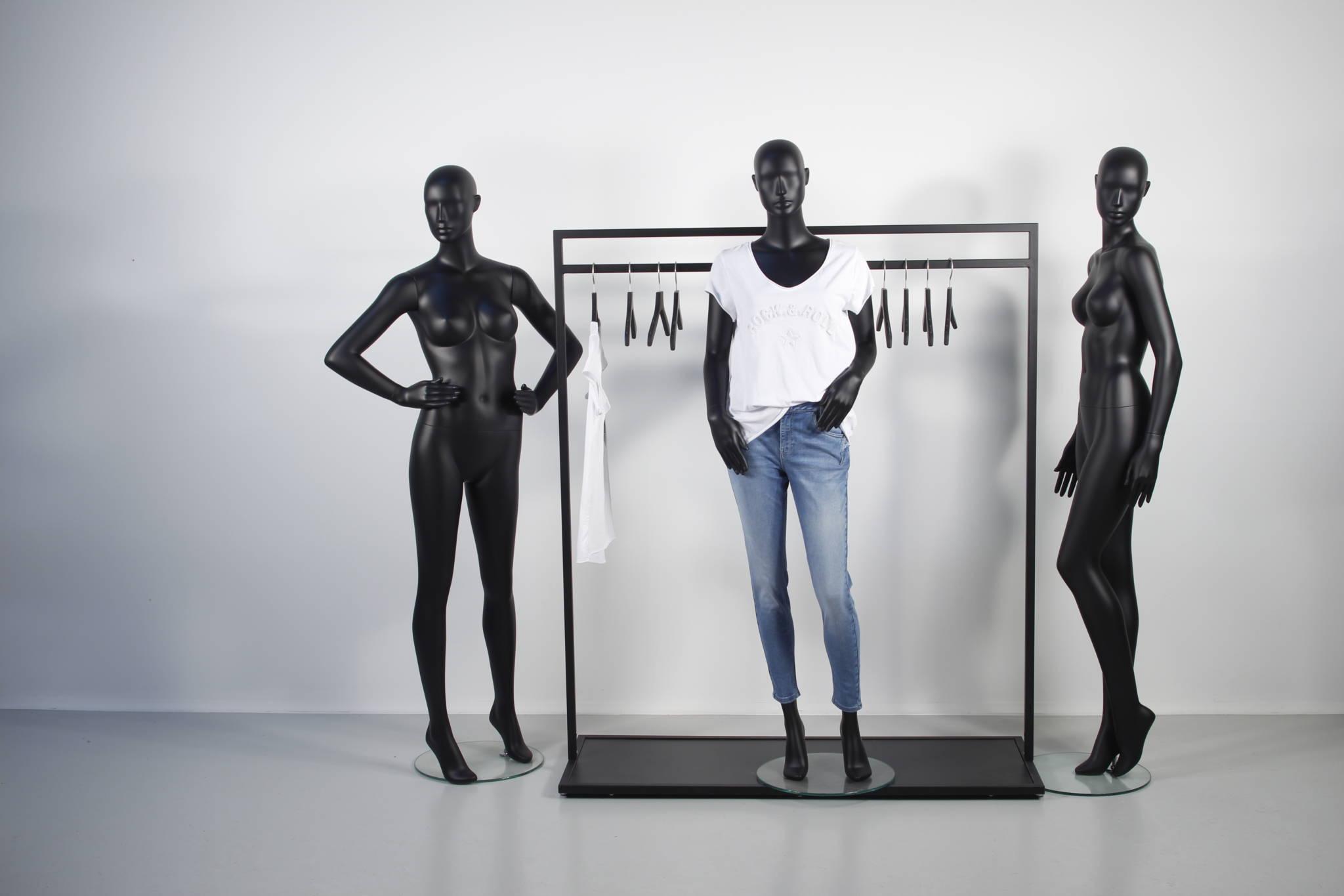 Shop in shop løsning med design stativer og design mannequiner