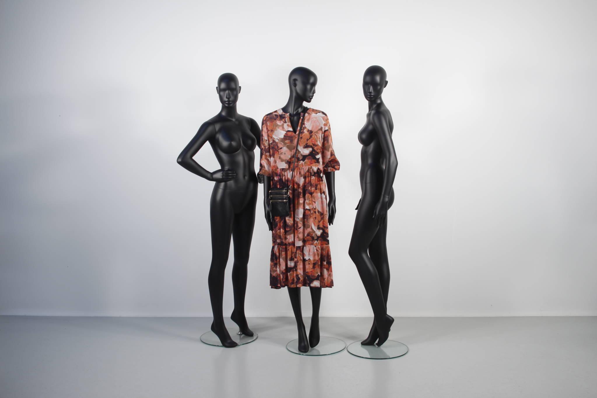 Damemannquin med feminint look og selvsikre positioner.