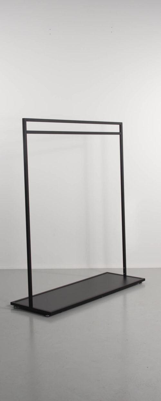 Flot sort stativ med bundplade. Messestativ eller tøjstativ til tøjbutikken