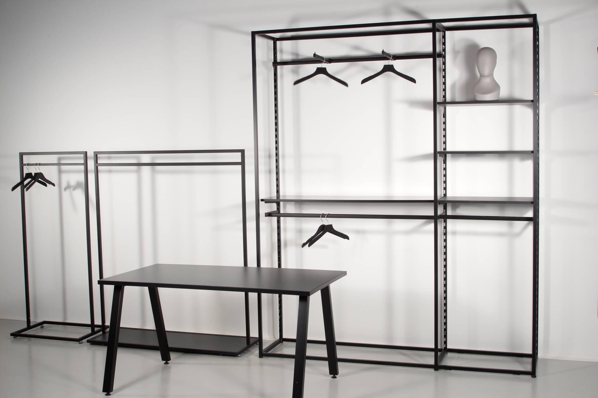 Fokus område med flot reol og designer stativer samt salgsbord