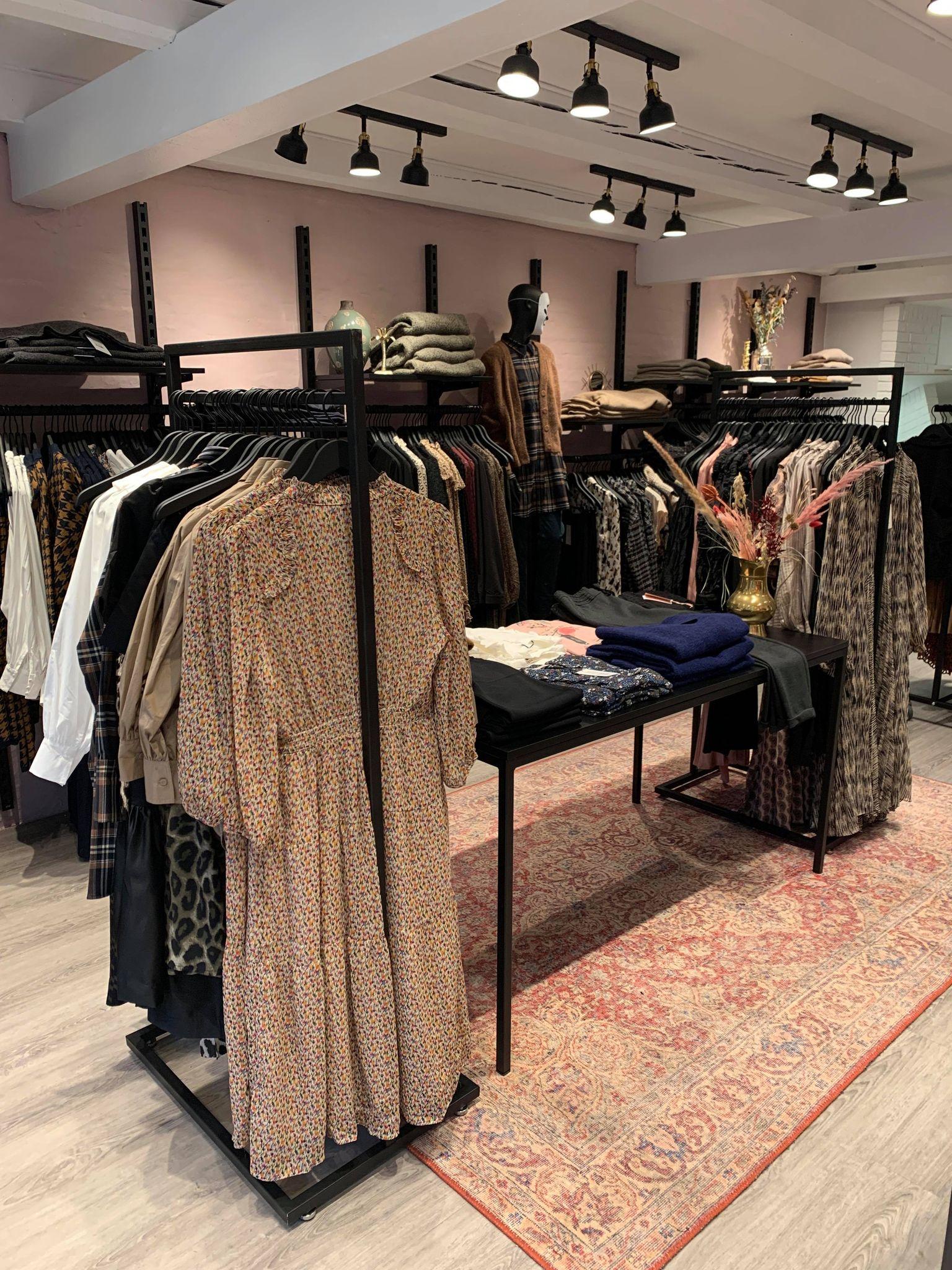 lækker modebutik udført med sort inventar