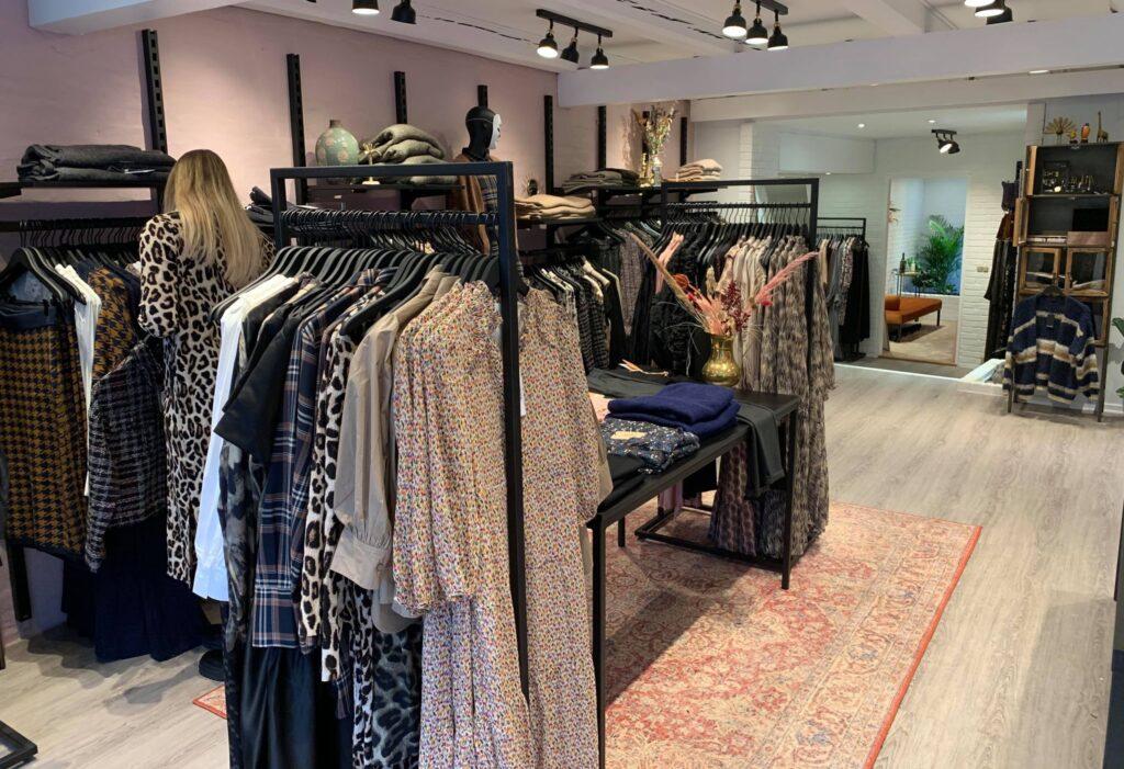 Lækker modebutik med Black-Line inventaret