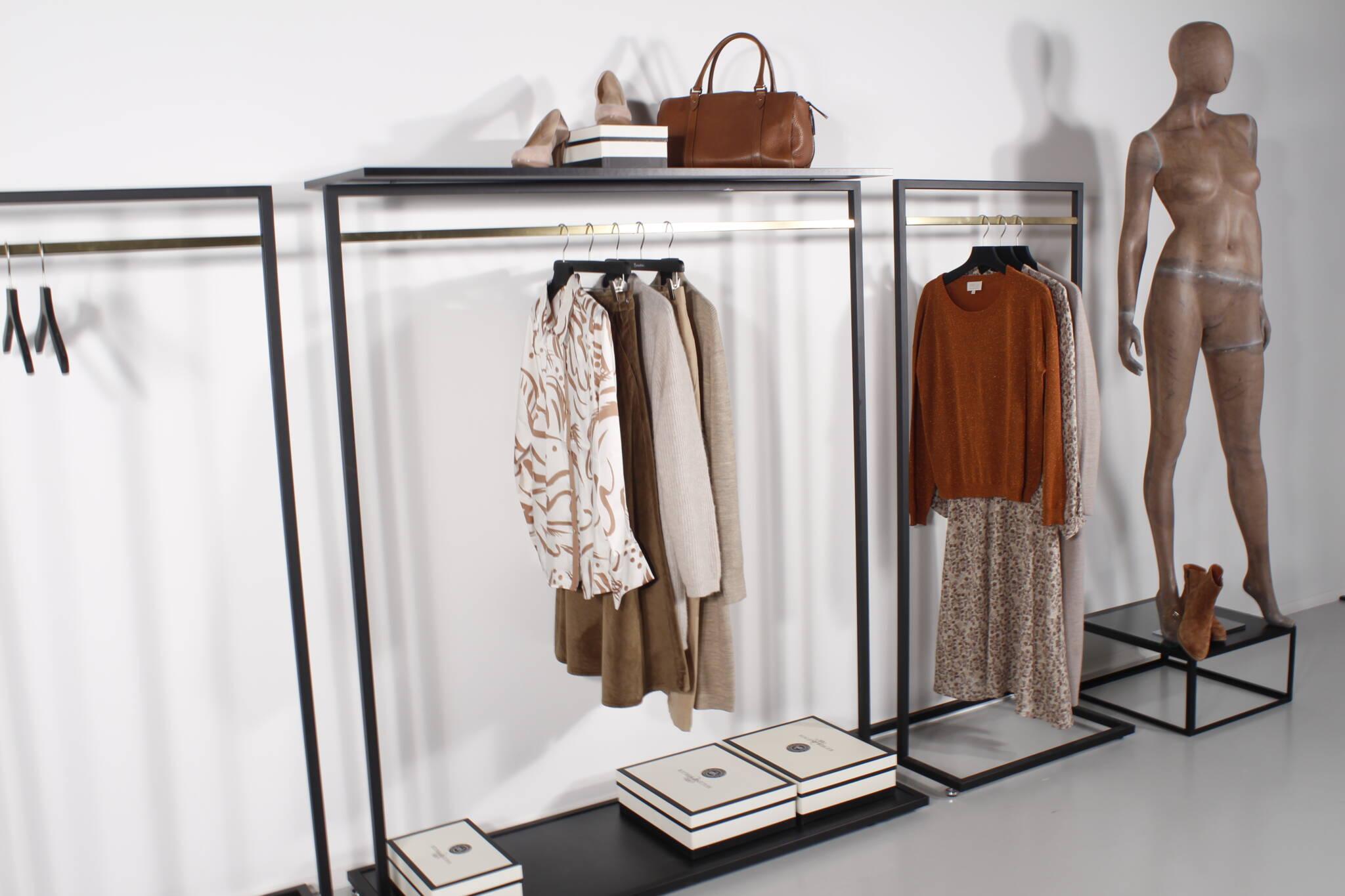Indret dit showroom med tøjstativer og mannequin podier.