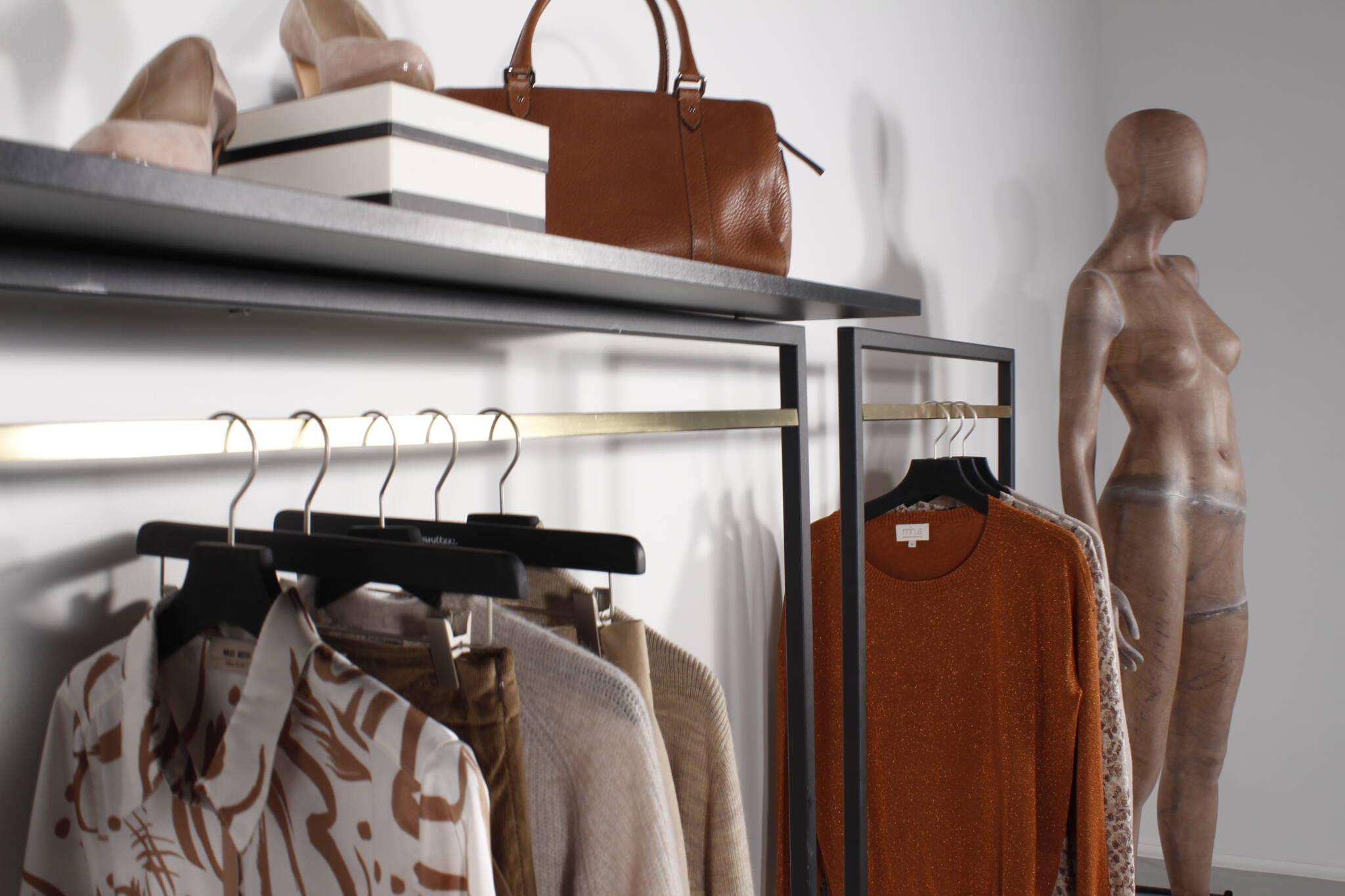 Flotte tøjstativer vist med bæredygtig mannequin