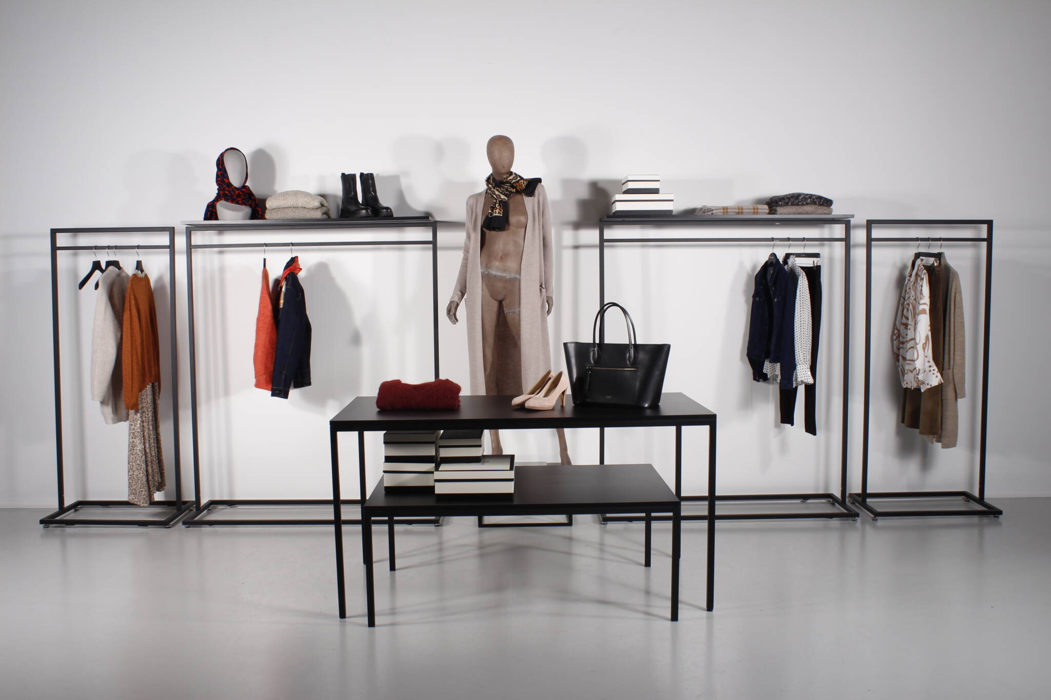 Flot shop område i butik eller showroom. Leveres også i hvid overflade.