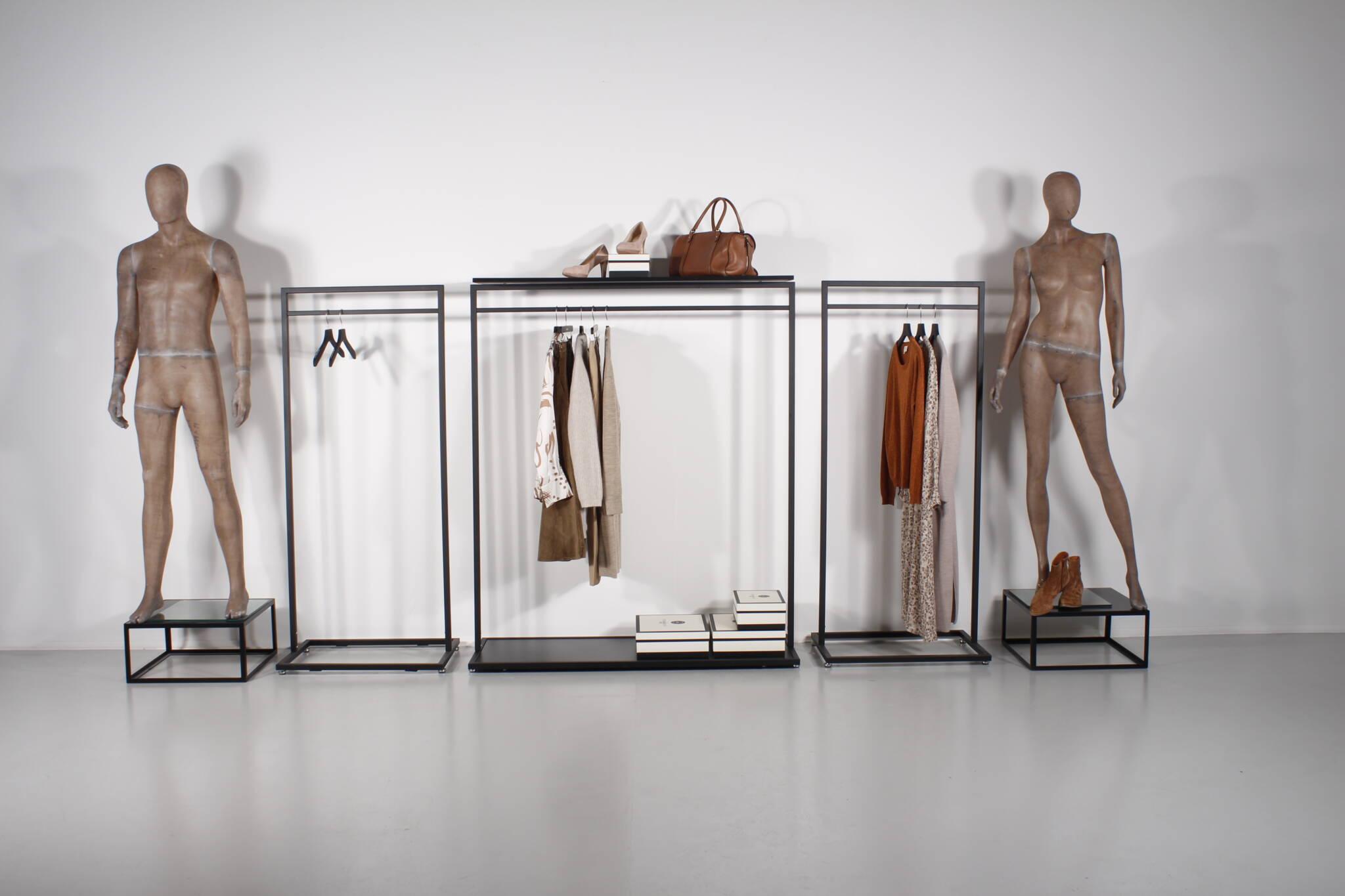 Showroom indretning med stativer og mannequin podier