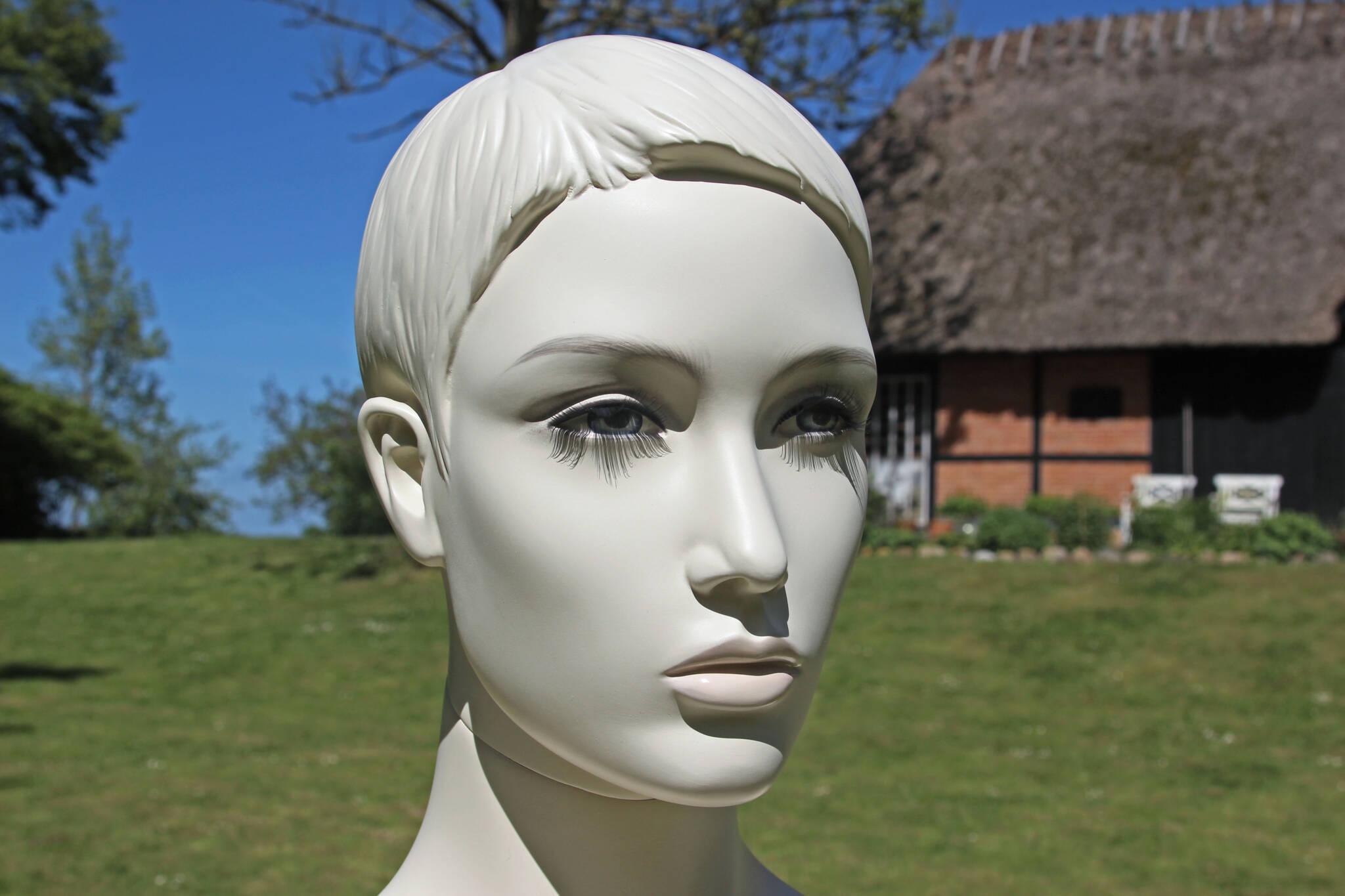Moderne mannequin med make-up i størrelse 38