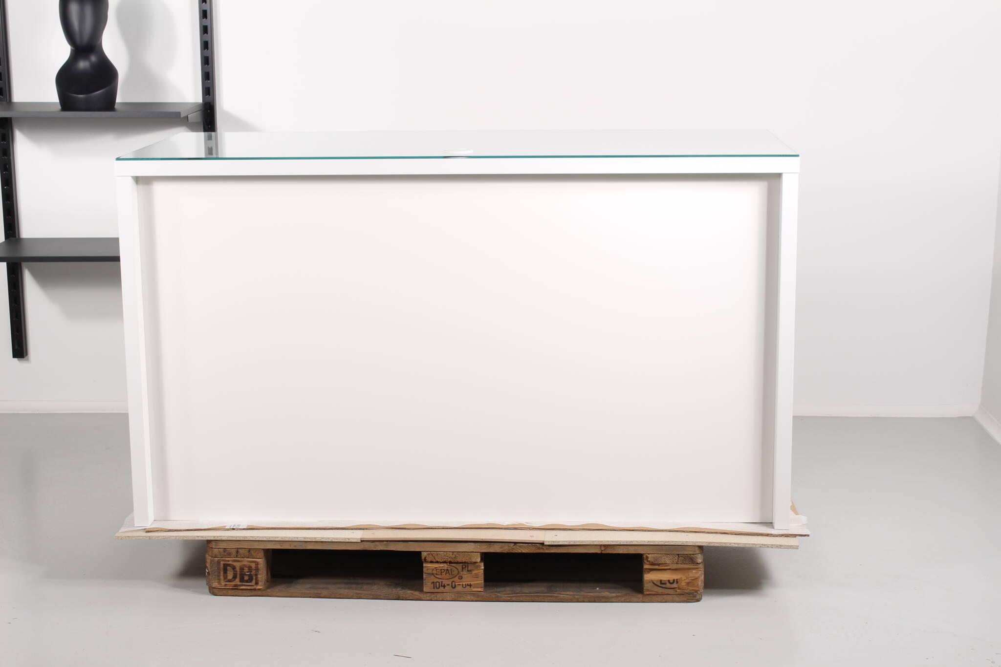 Butiksdisk malet i hvid højglans - og vist med glasplade på toppen.