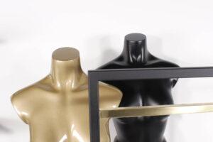guld og sorte malede torsoer og stativ i messing og sort