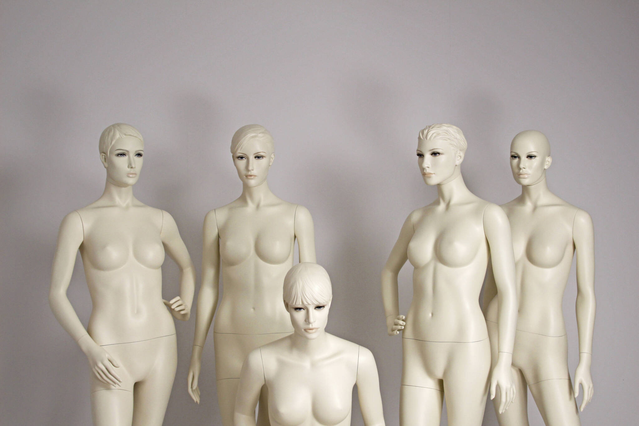 Forskellige mannequiner med samme type makeup