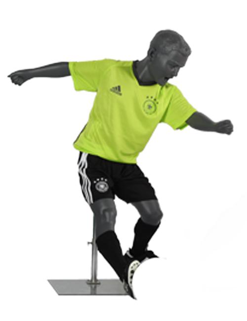 Fodboldspiller mannequin. Dreng som dribler. Sportsmannequin