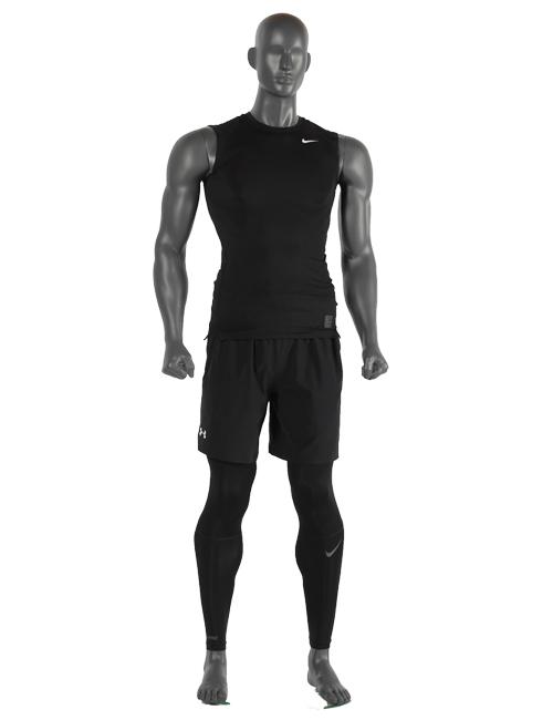 Muskuløs sports mannequin med armene langs siden.