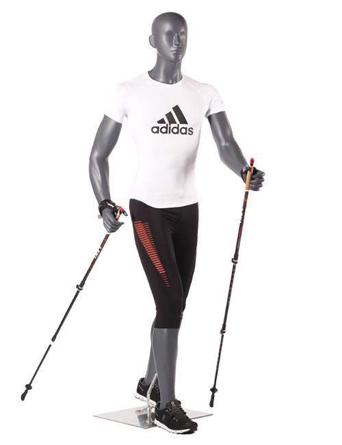 Sportsmannquin går med vandrestave. Herre model.