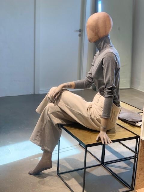 Siddende dame mannequin - bæredygtig mannequin